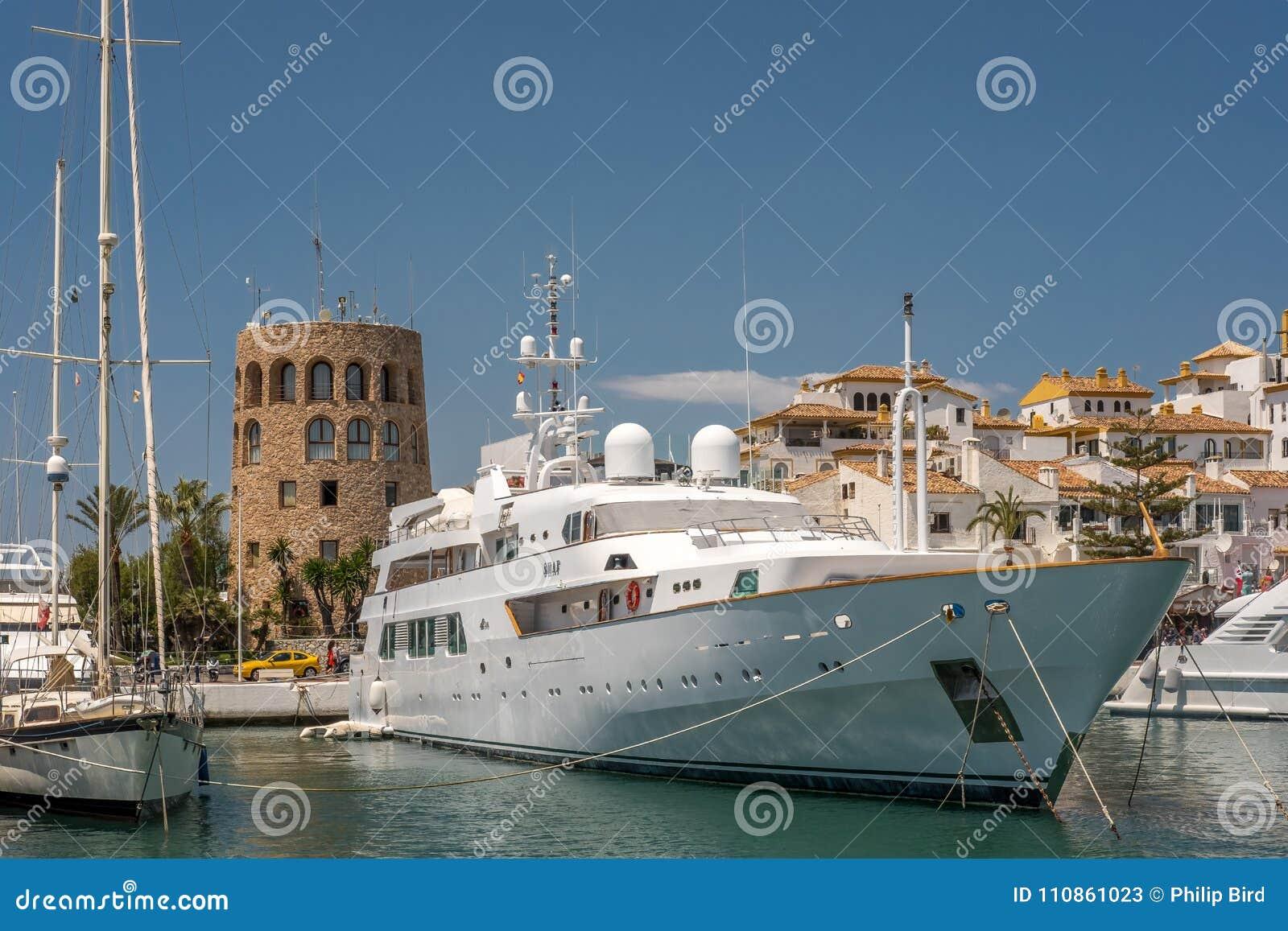 PUERTO BANUS, ANDALUCIA/SPAIN - 26-ОЕ МАЯ: Взгляд роскошной яхты