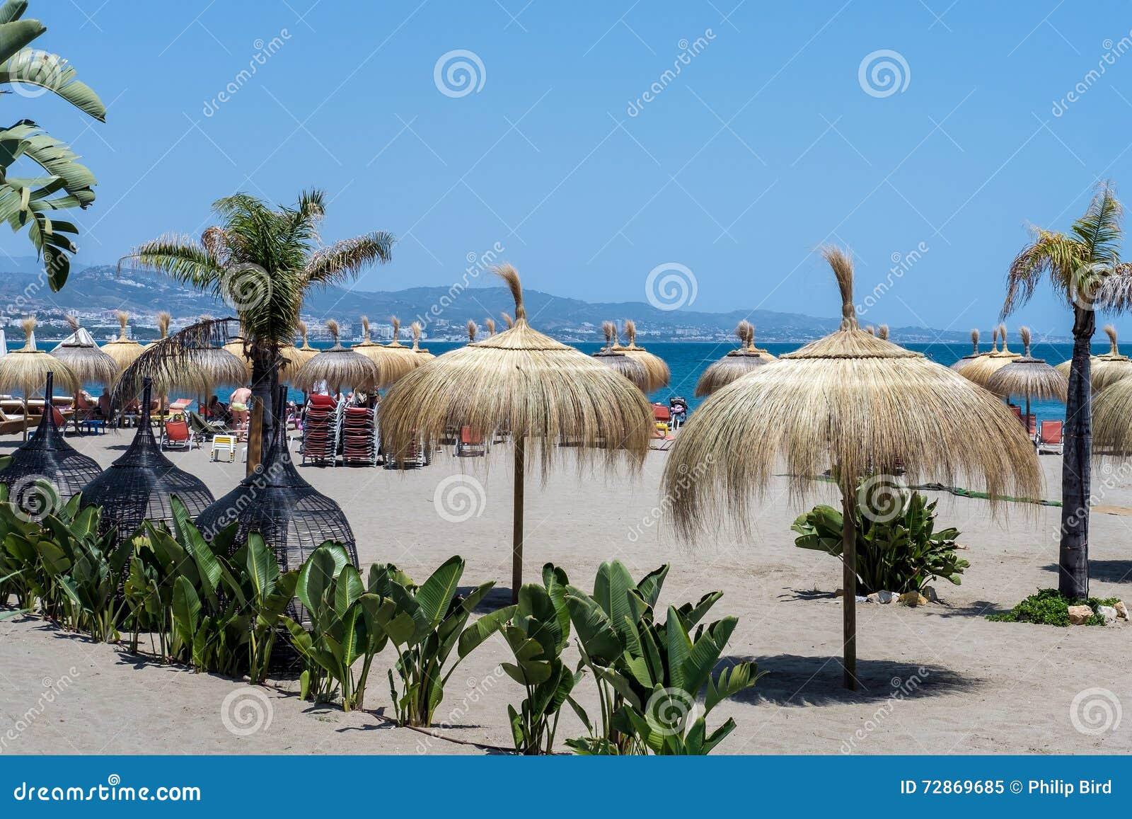 PUERTO BANUS ANDALUCIA/SPAIN - 26-ОЕ МАЯ: Зонтики Солнця на Bea