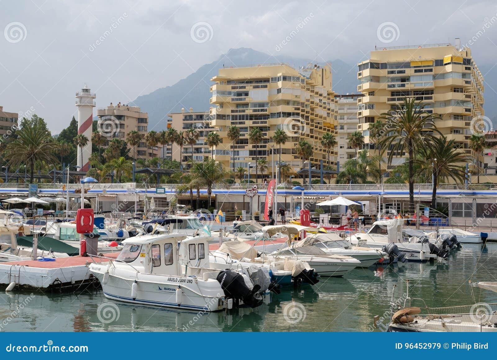 PUERTO BANUS, ANDALUCIA/SPAIN - JULI 6: Sikt av hamnen in