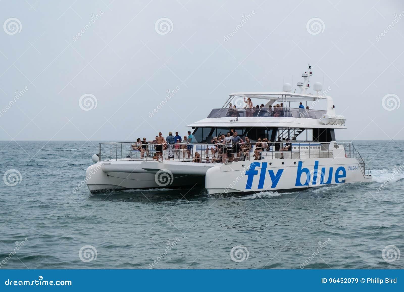PUERTO BANUS - JULI 6: Katamaran som lämnar på Puerto Banus Spanien