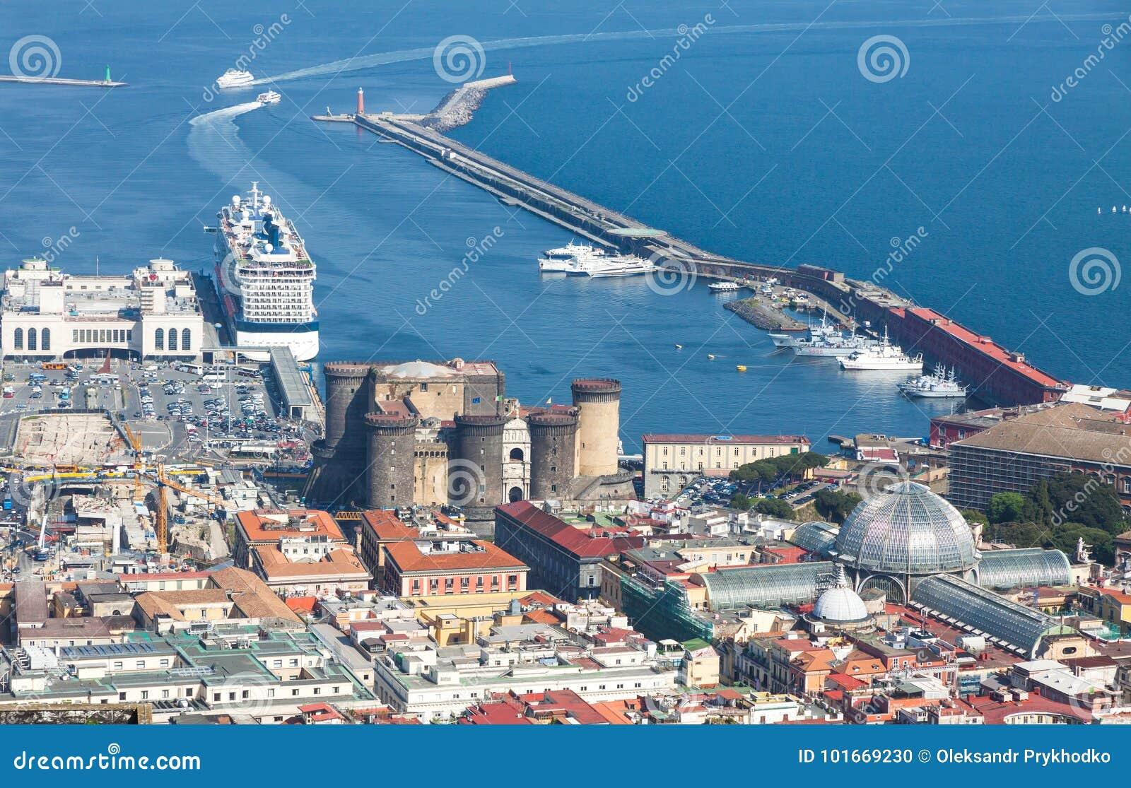 Puerto, Castel Nuovo y Galleria Umberto I en Nápoles, Italia