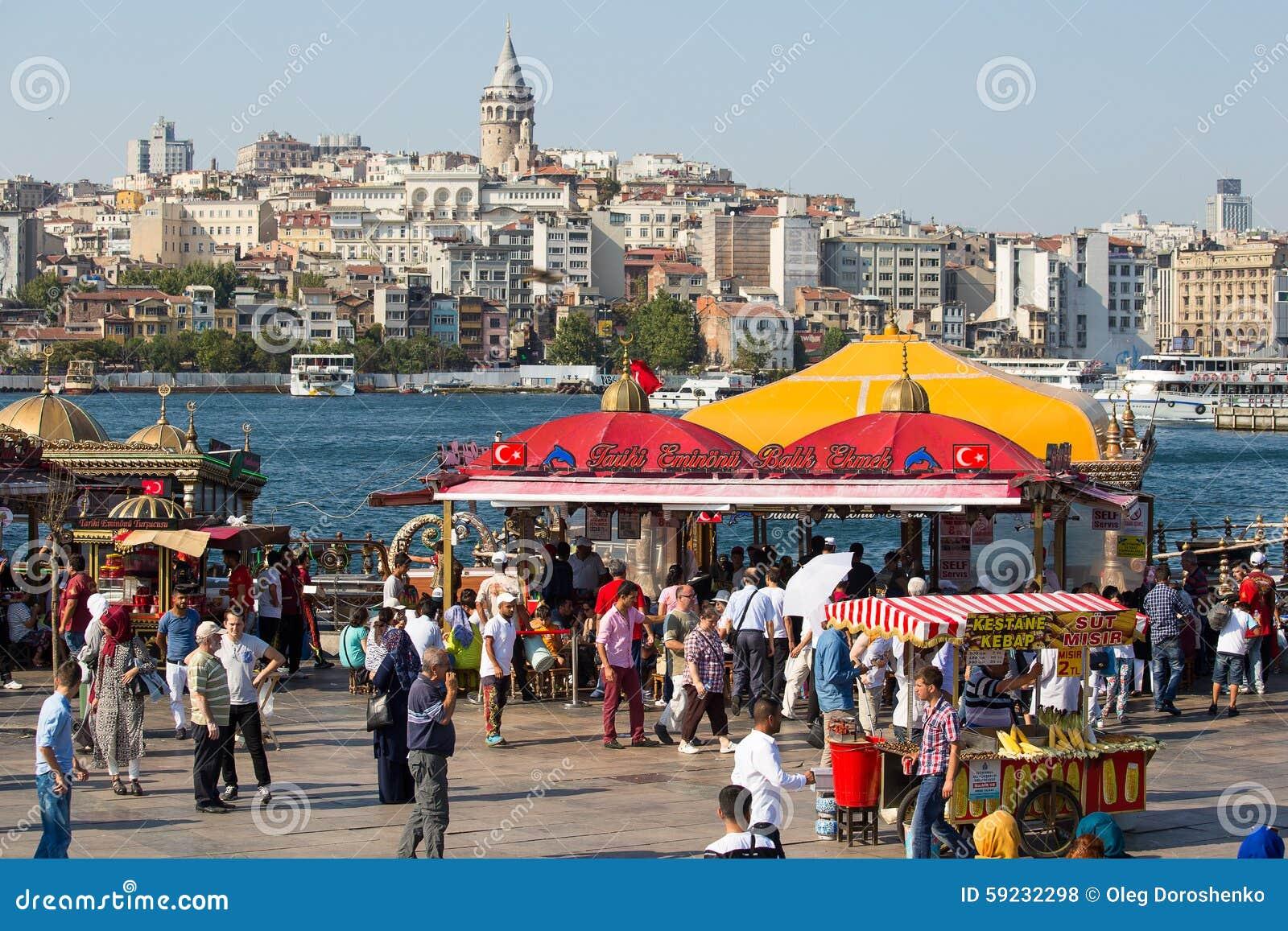 Puerto de Eminonu, distrito de Beyoglu sobre la bahía de oro del cuerno en Estambul, Turquía