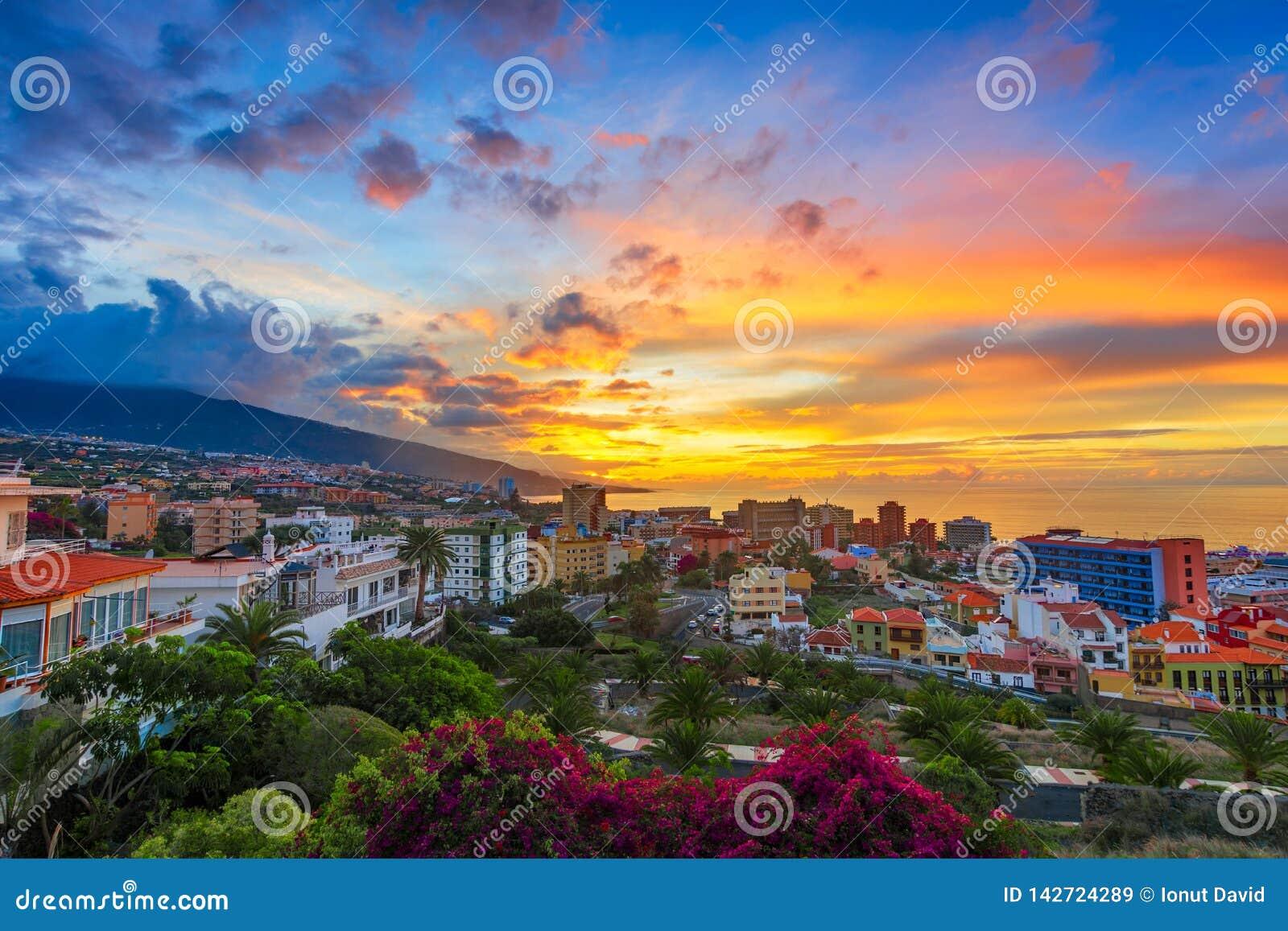 Puerto de la Cruz, Tenerife, Canarische Eilanden, Spanje: Mening over de stad in de zonsondergangtijd