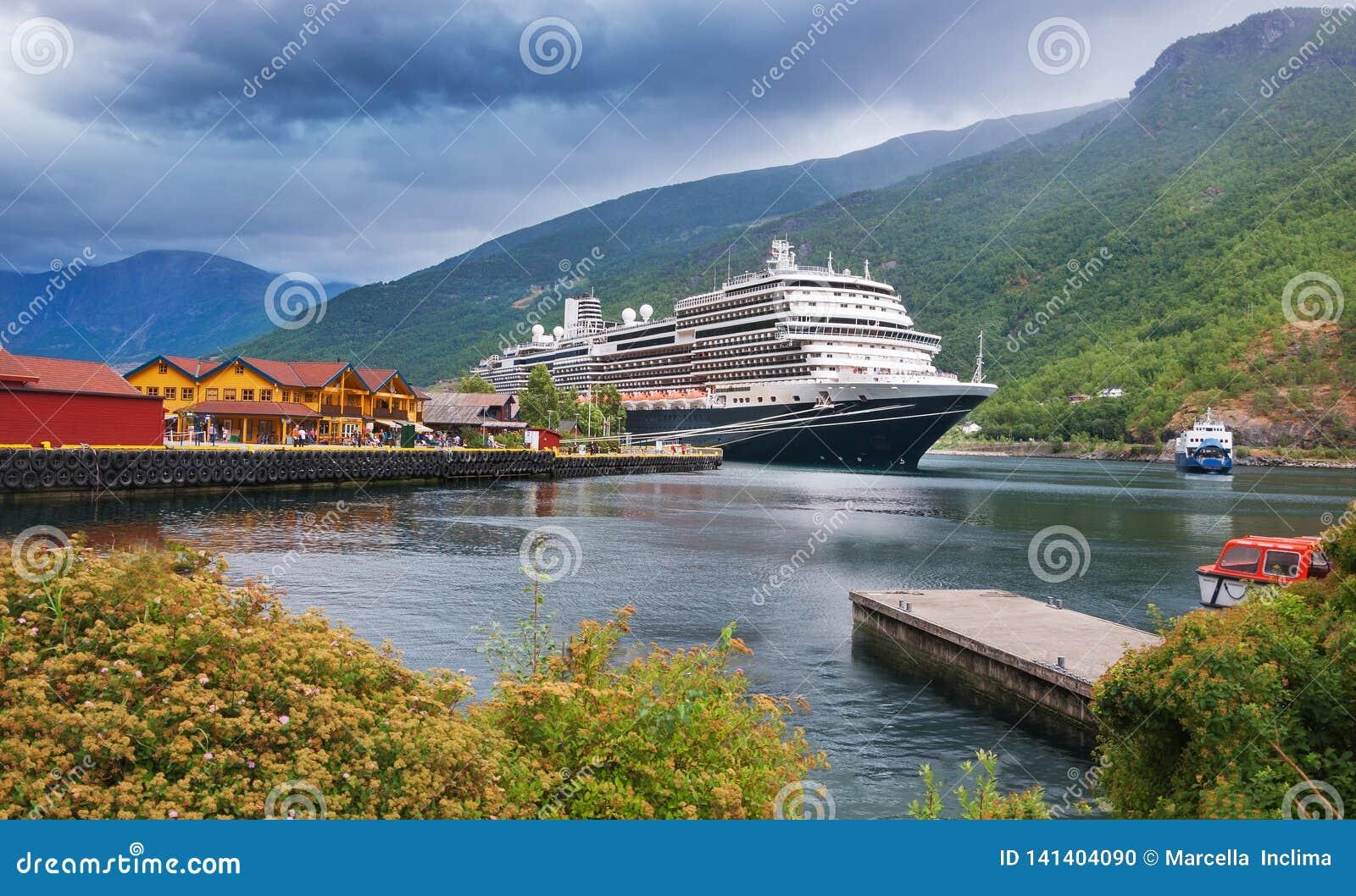 Puerto de la travesía en el pueblo de Flam noruega