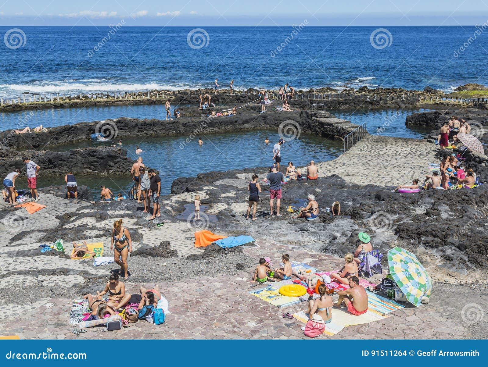 Puerto de las Nieves水池的游人在大加那利岛