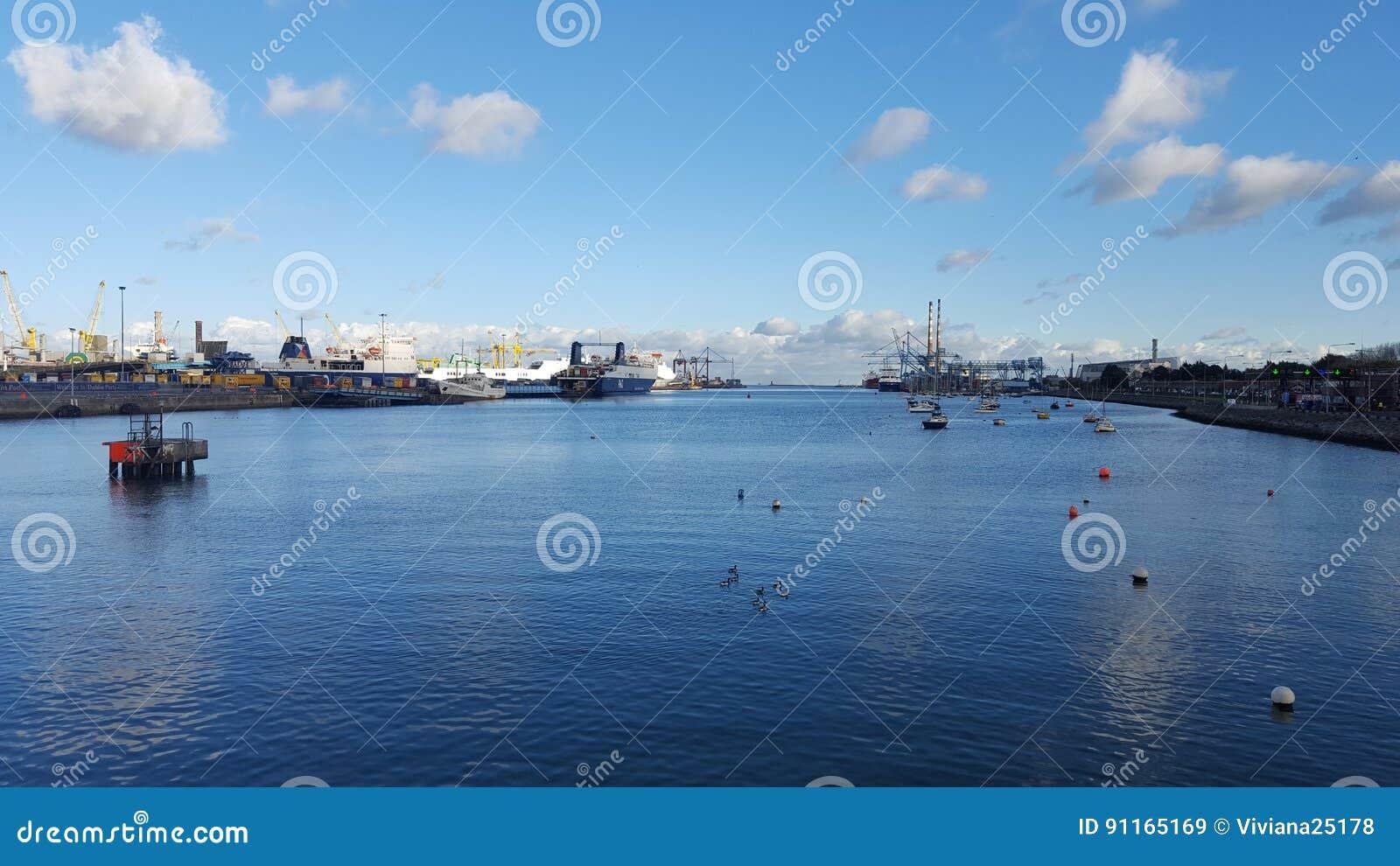 Puerto de liffey de Dublín y del río