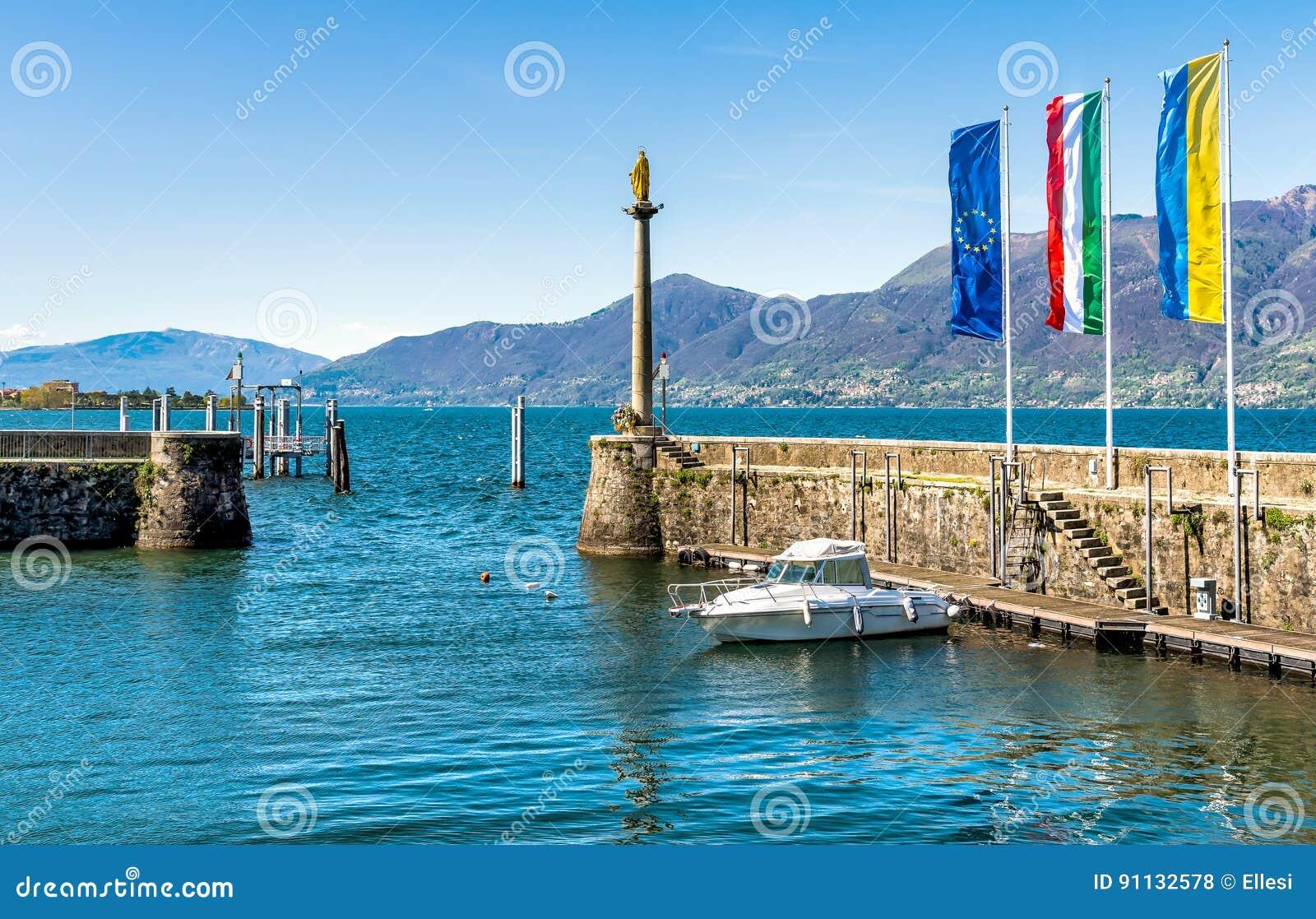 puerto de luino en el lago maggiore italia foto de archivo imagen 91132578. Black Bedroom Furniture Sets. Home Design Ideas