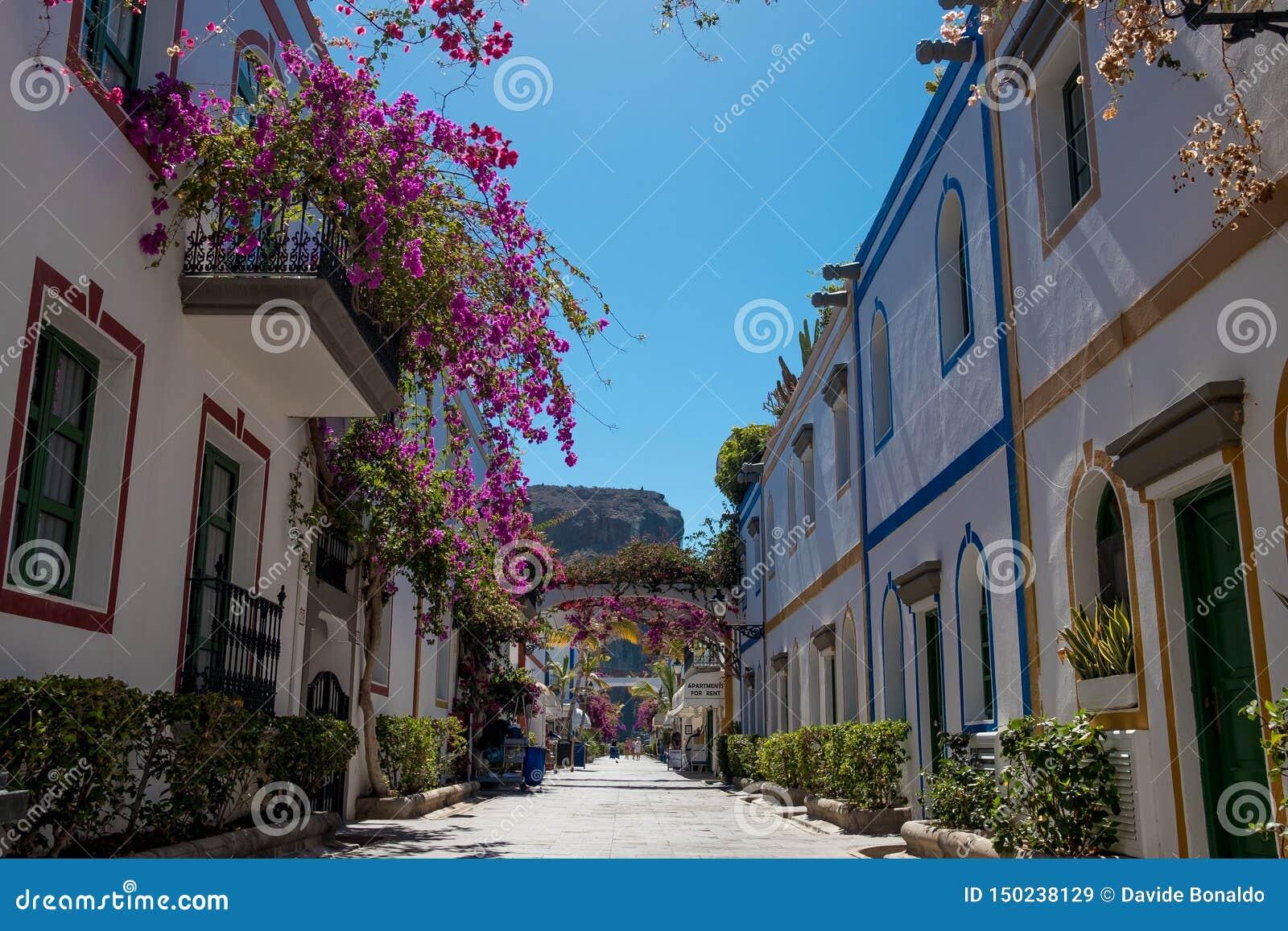 Puerto DE Mogan traditionele stegen en straten met rond niemand dit Spaanse dorp in het eiland van Gran Canaria met bloemen