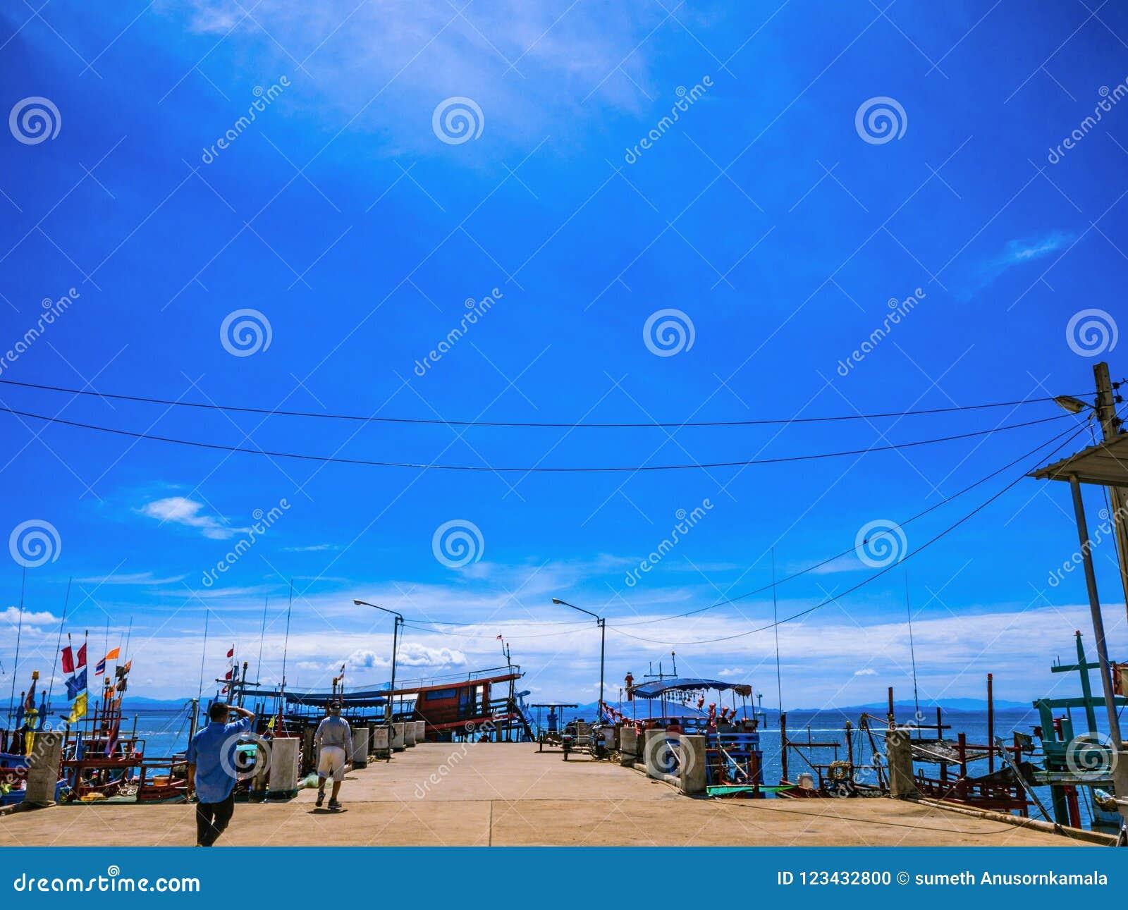Puerto del hombre del pescador del paisaje con el cielo azul