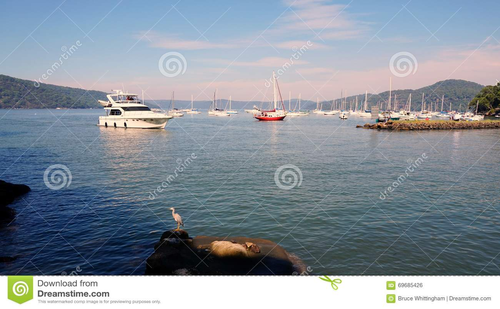 Puerto deportivo que entra del barco de la travesía