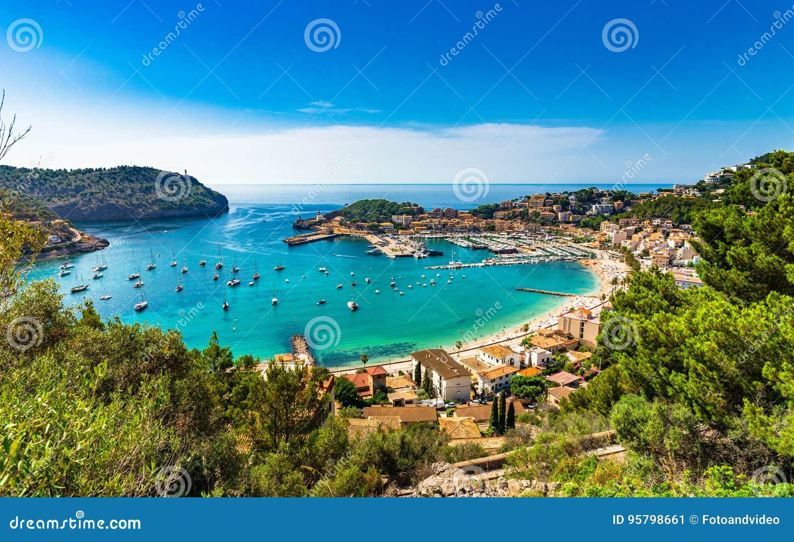 Puerto hermoso en el mar Mediterráneo de Majorca Port de Soller España