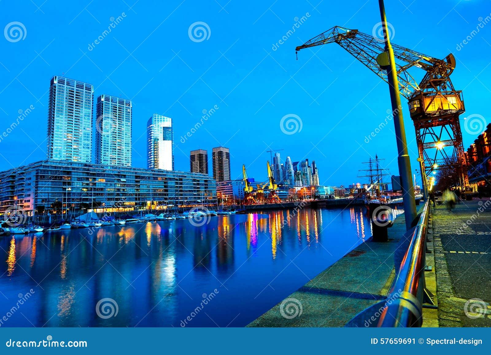 Puerto Madero w Buenos Aires przy nocą