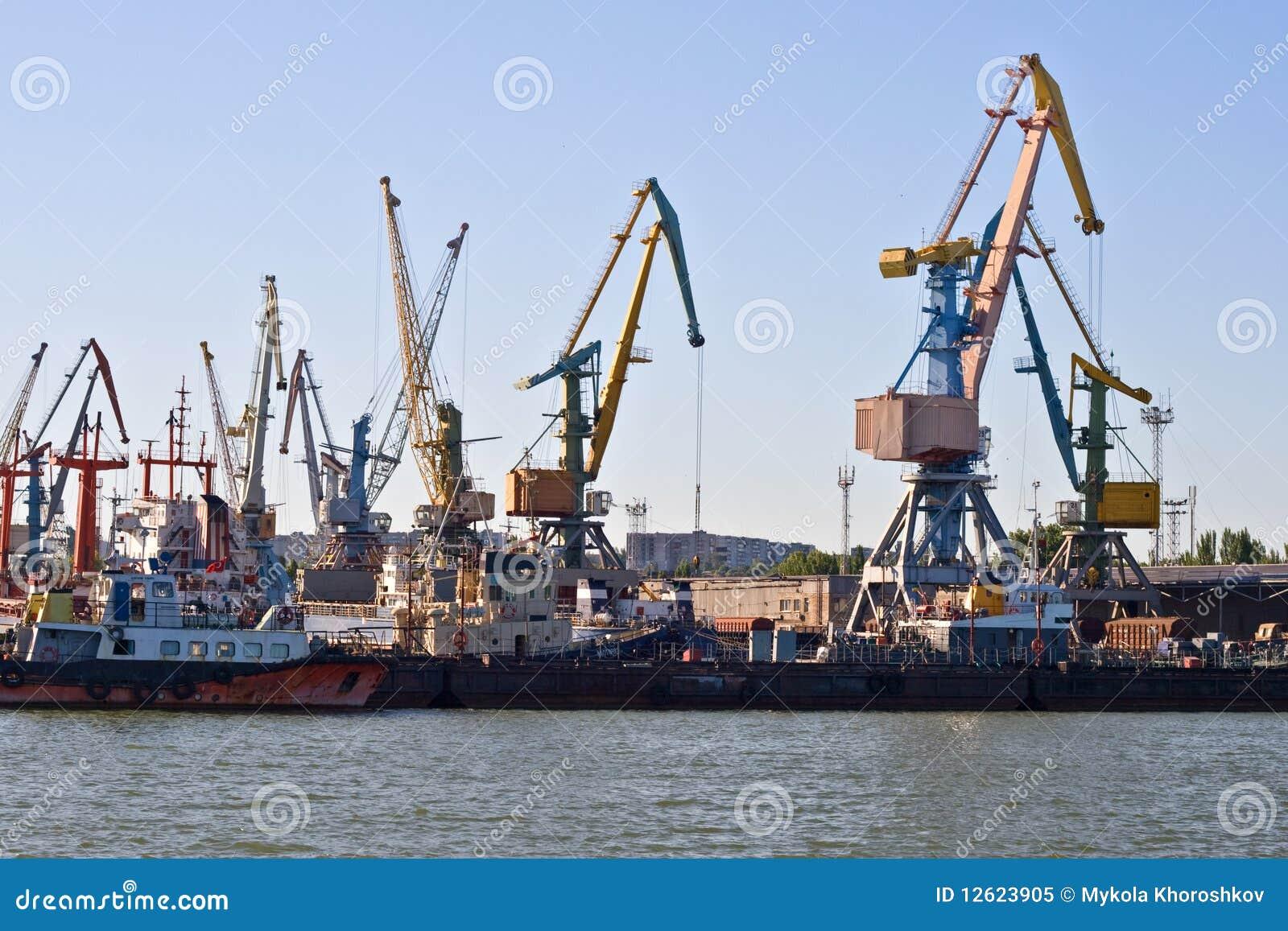 Puerto marítimo comercial