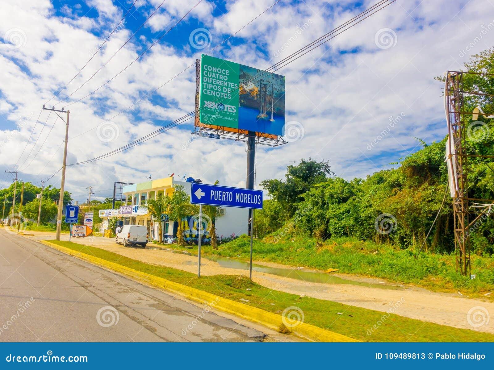 Puerto Morelos Meksyk, Styczeń, - 10, 2018: Plenerowy widok lokalizować przy jeden stroną autostrada Puerto pouczający znak