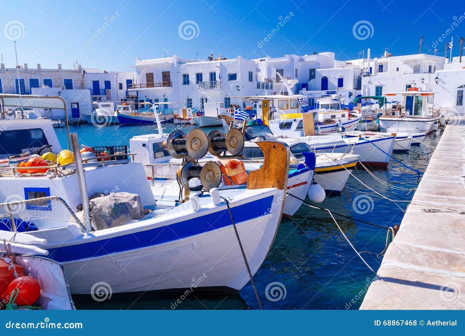 Puerto pesquero famoso en Naoussa, isla de Paros, Grecia
