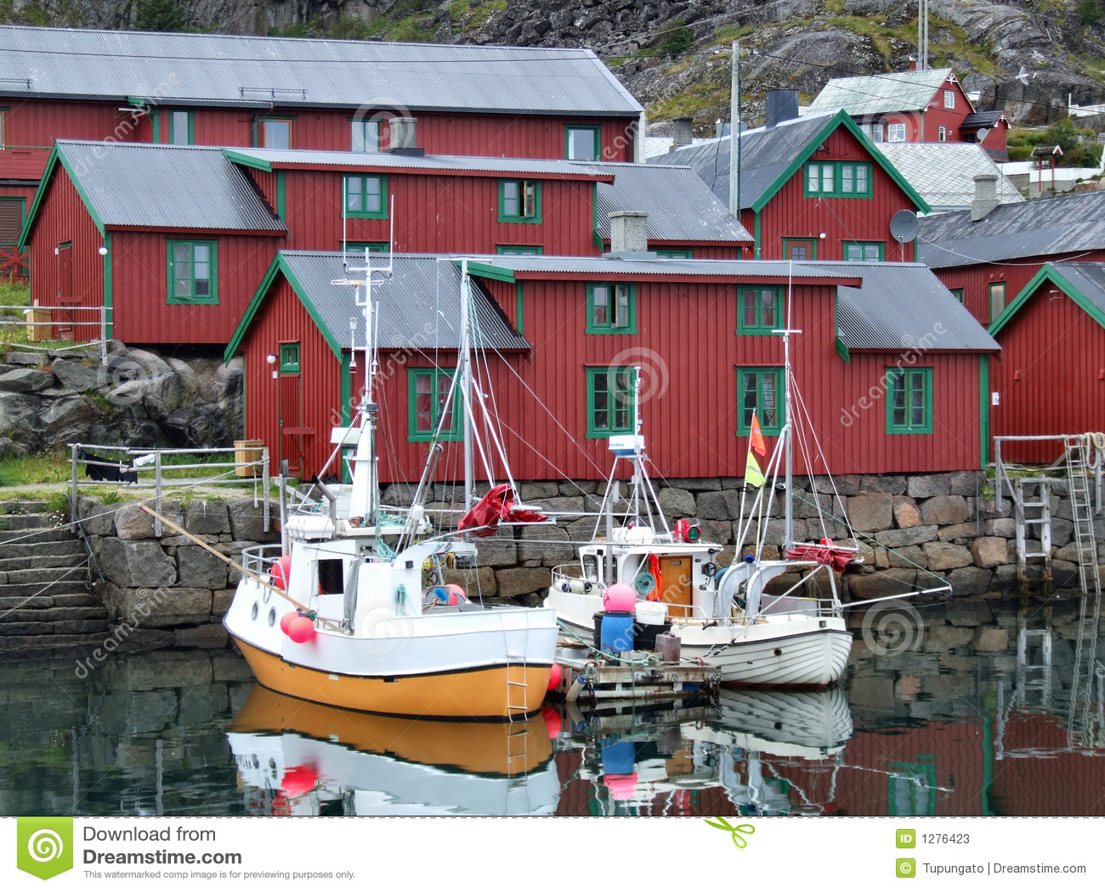Puerto pesquero hermoso en Noruega