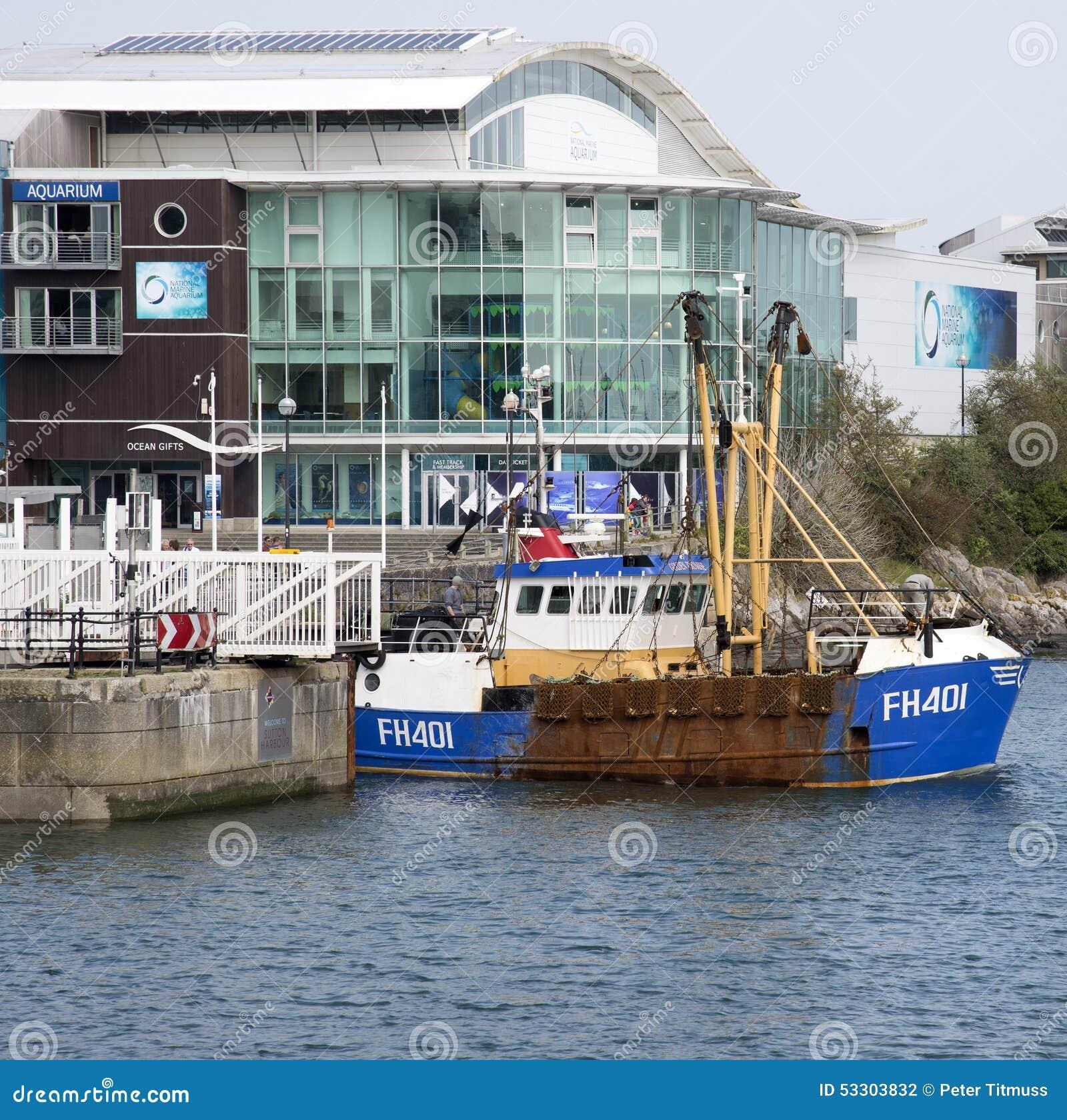 Puerto que se va en curso del barco rastreador de la pesca