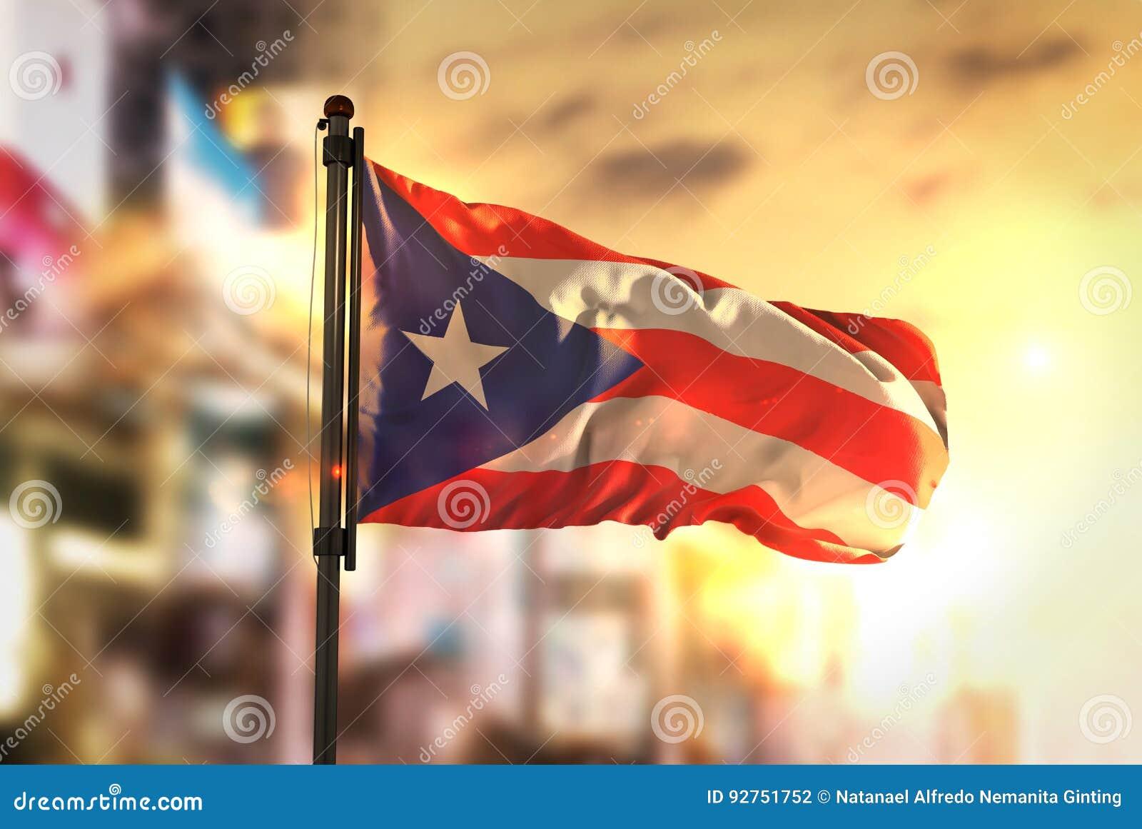 Puerto Rico flaga Przeciw miasto Zamazującemu tłu Przy wschodu słońca plecy