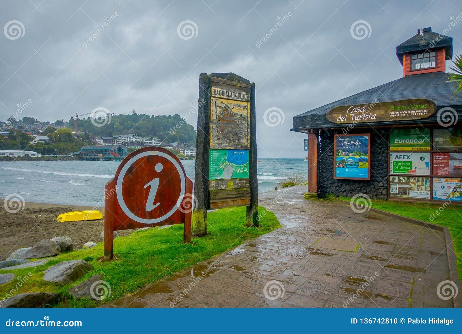 PUERTO VARAS, CHILE, SEPTEMBER, 23, 2018: Ansicht im Freien von Holzhausinformationen gelegen im Strand mit einem kleinen