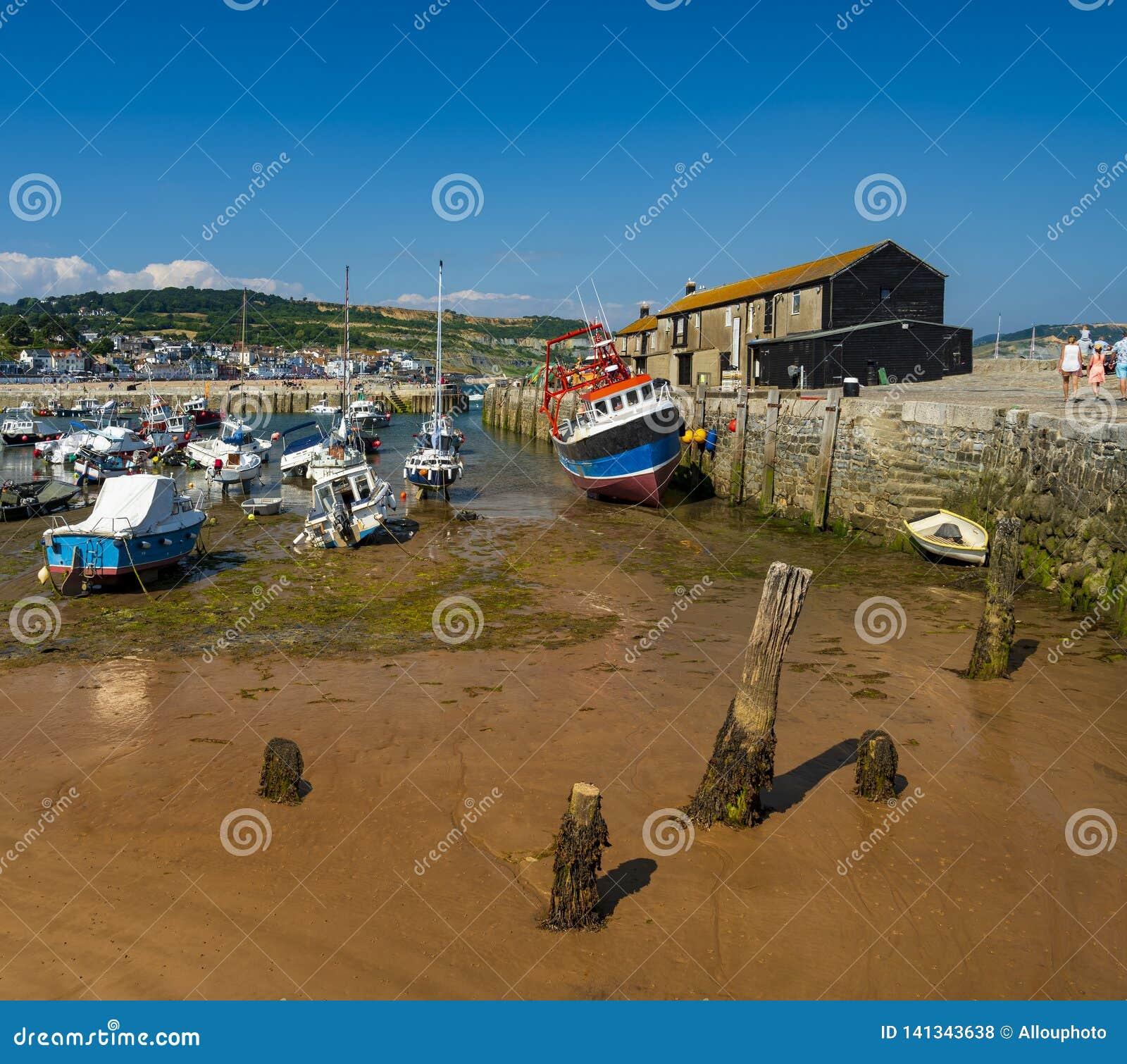 Puerto y Cobb de Lyme Regis