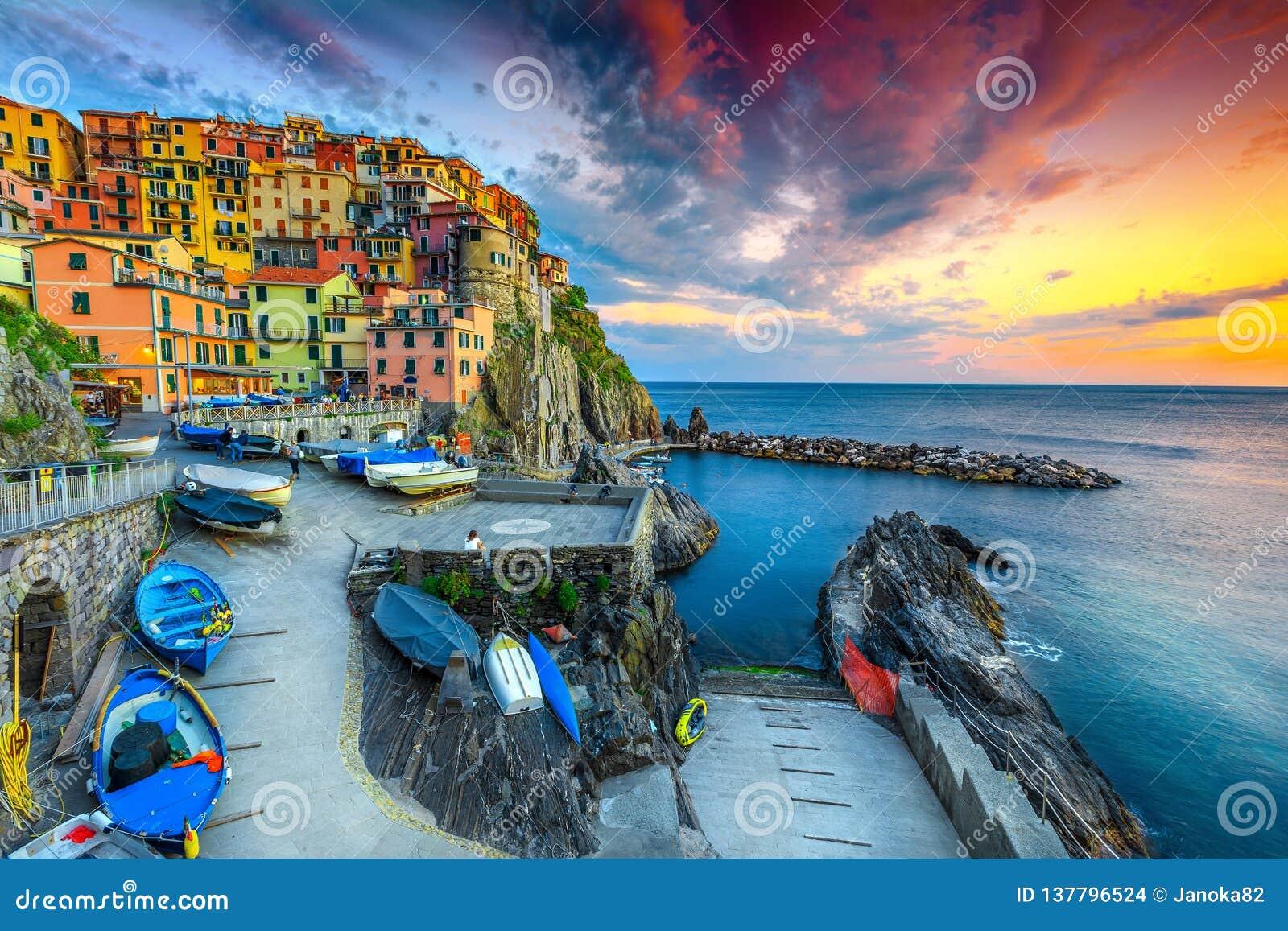 Puerto y pueblo magníficos en la puesta del sol, Manarola, Cinque Terre, Italia