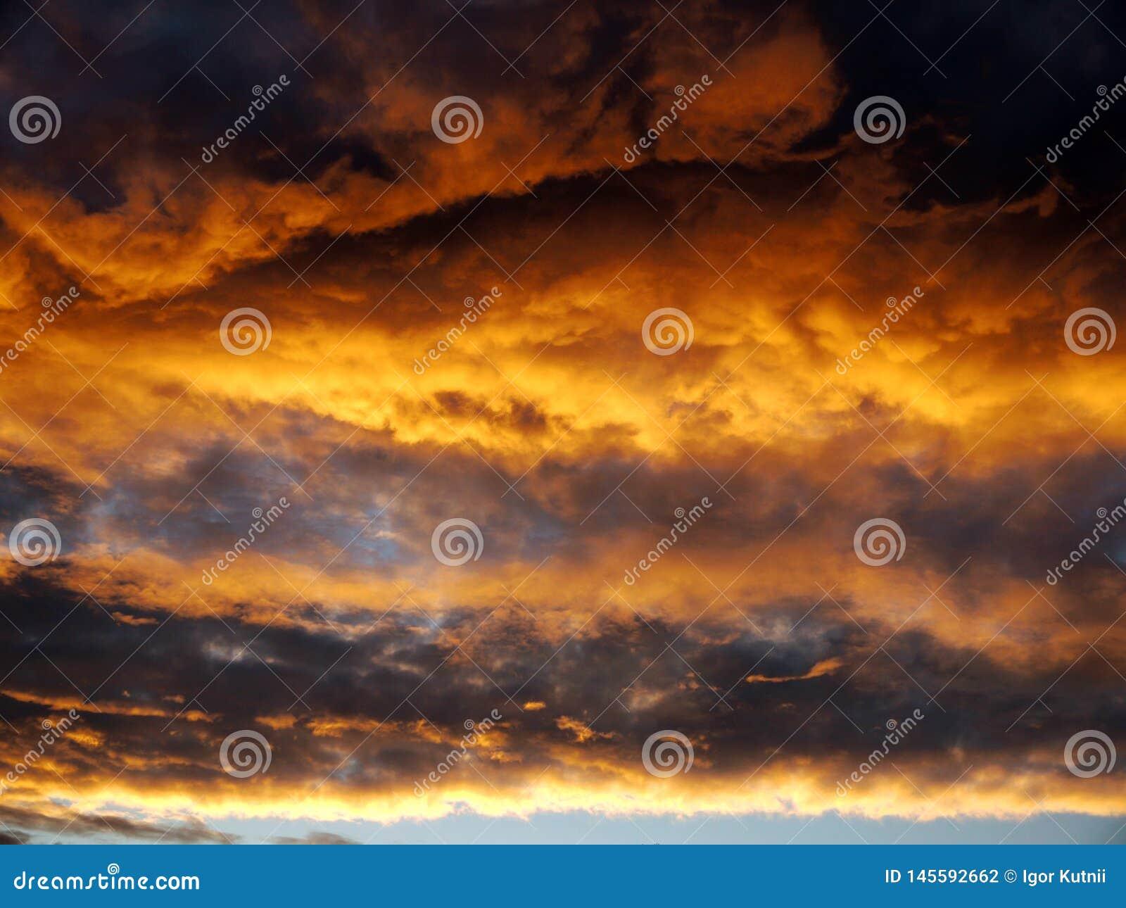 Puesta del sol antes de una tempestad de truenos de la noche con lluvia thunderclouds