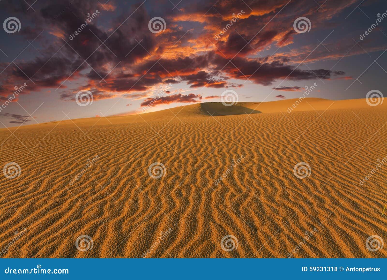 Download Puesta Del Sol Ardiente Majestuosa En El Desierto De Gobi Foto de archivo - Imagen de africano, paisaje: 59231318