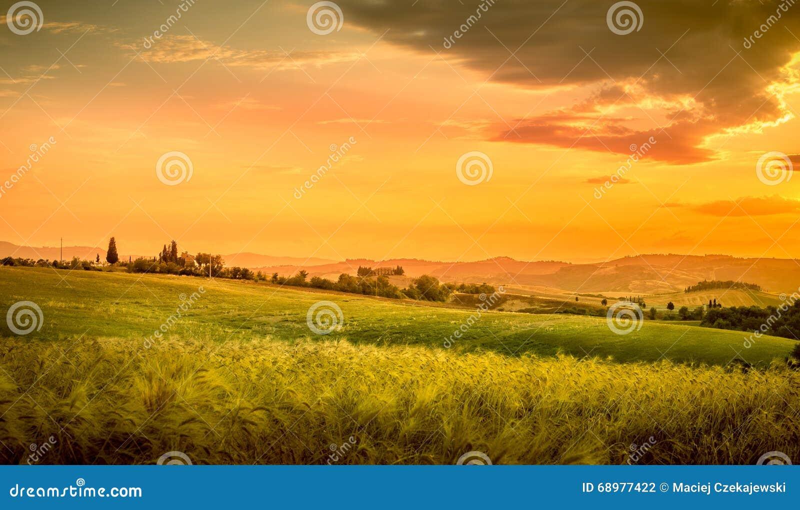 Puesta del sol asombrosa en Toscana