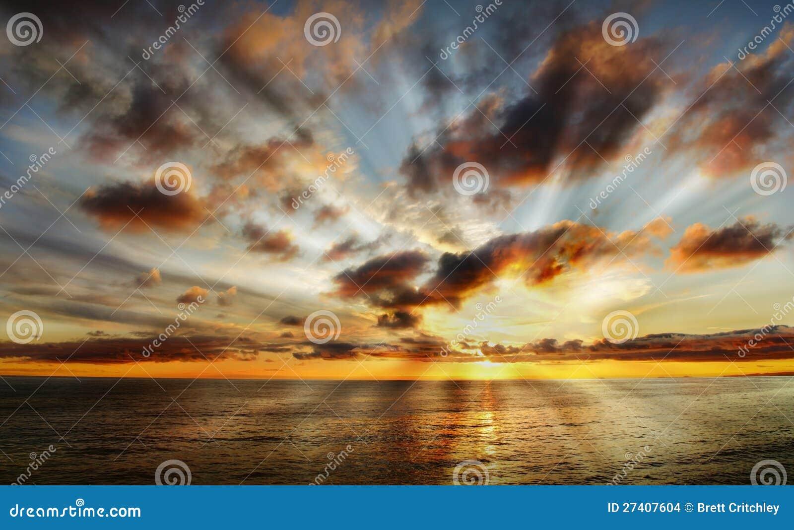 Puesta del sol celeste hermosa