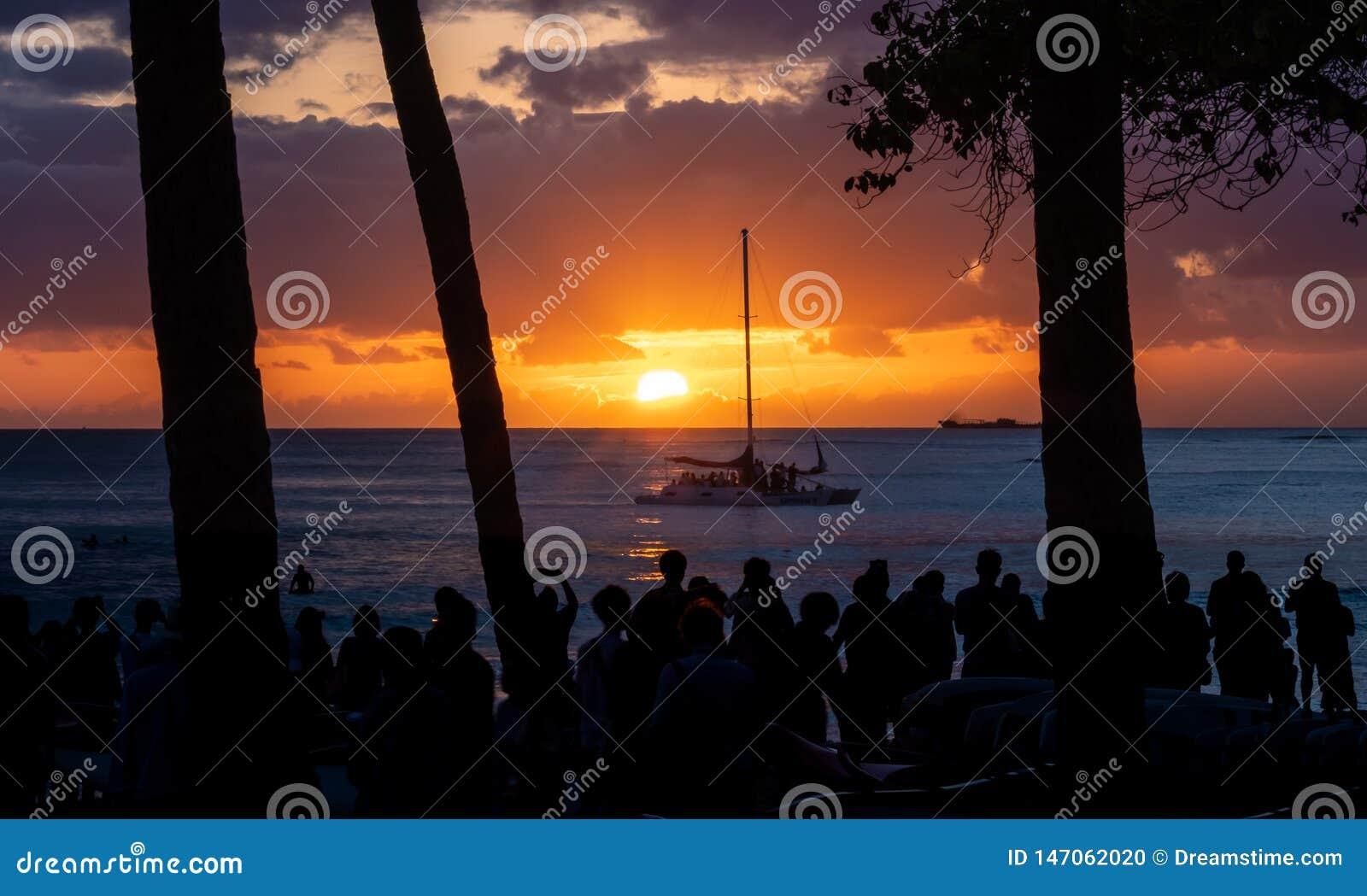 Puesta del sol clásica en la playa de Waikiki, Oahu, Hawaii con el velero