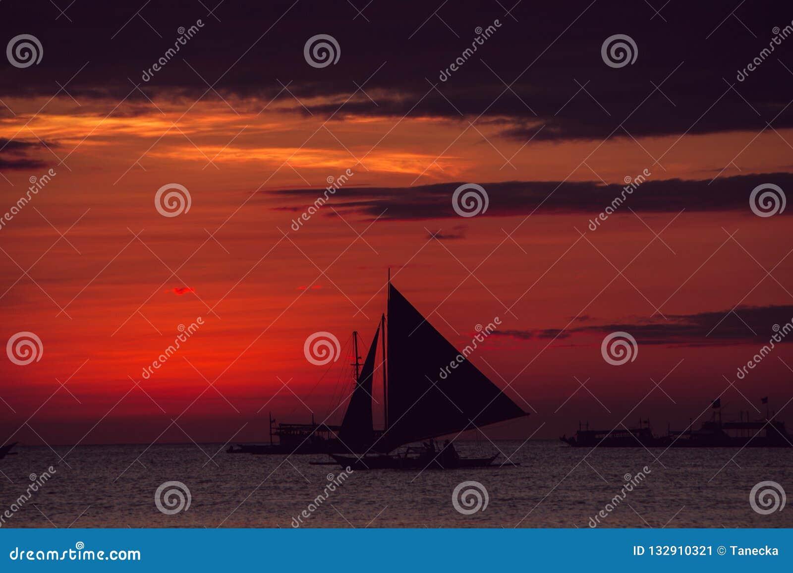 Puesta del sol colorida dramática del mar con el velero Adultos jovenes Viaje a Filipinas Vacaciones tropicales de lujo Isla del