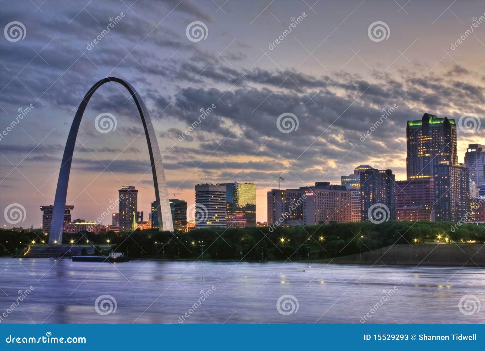 Puesta del sol colorida en el arco de St. Louis