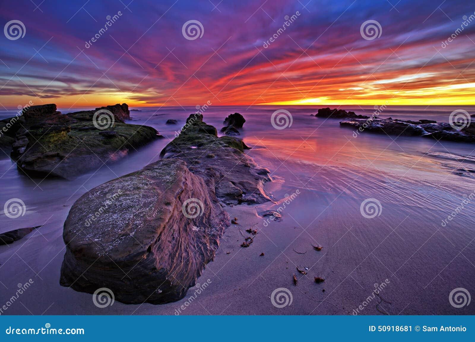 Puesta del sol colorida sobre el Océano Pacífico, playa de Windansea, La Jolla
