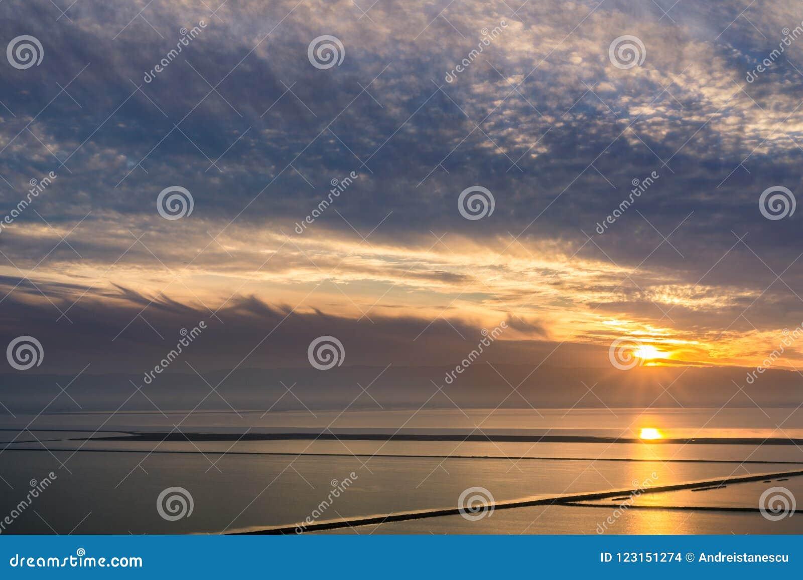 Puesta del sol colorida sobre la área de la Bahía de San Francisco