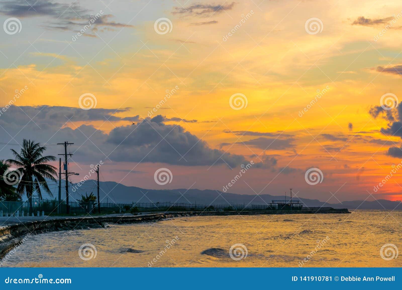 Puesta del sol colorida vibrante en Montego Bay, Jamaica