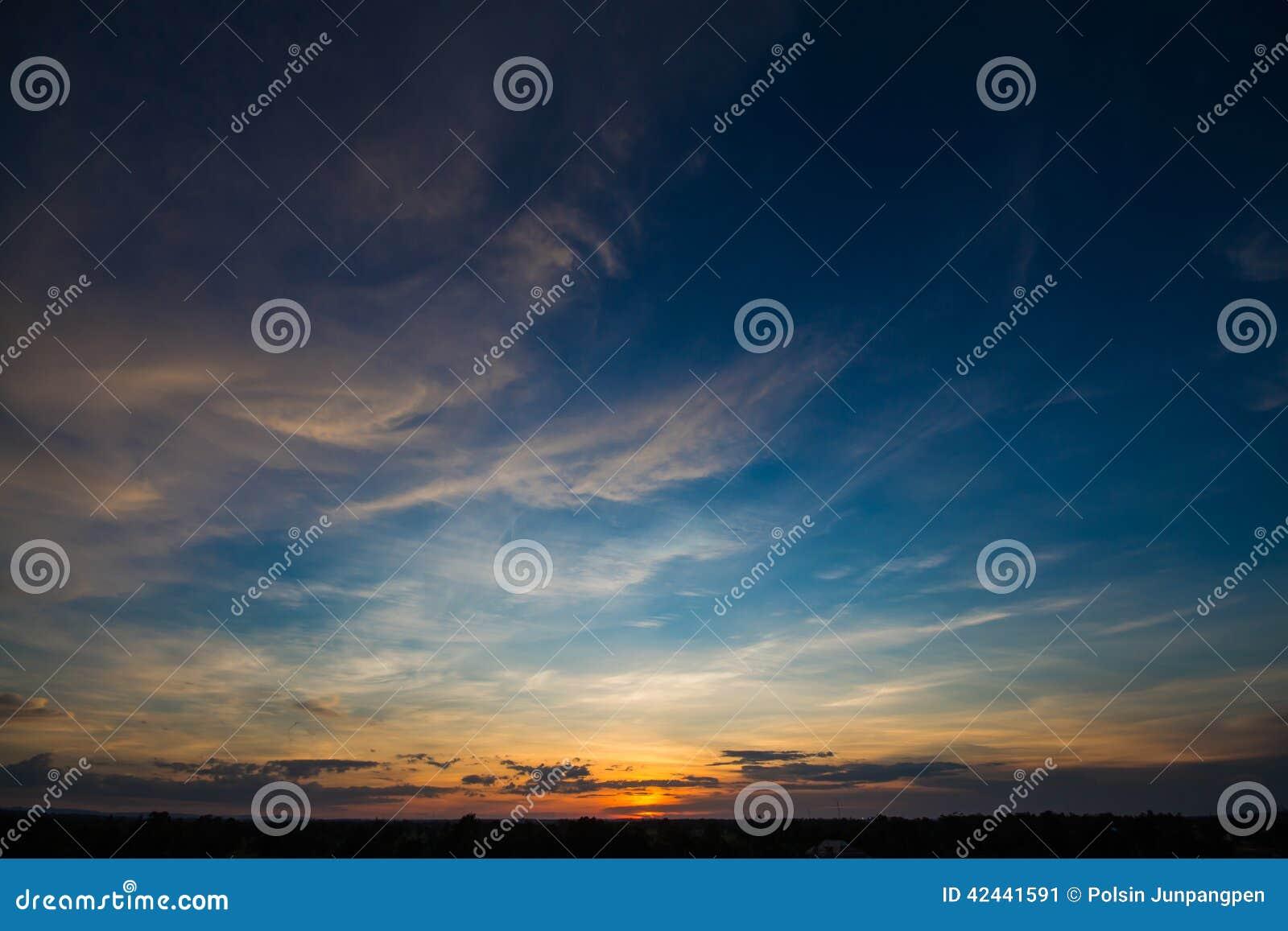 Puesta del sol con el cielo hermoso