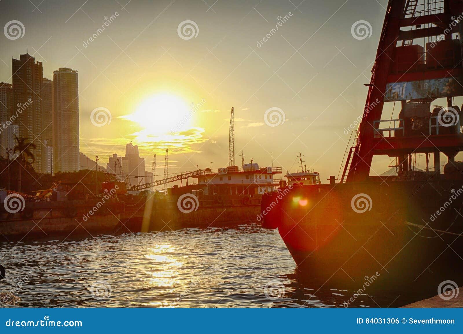 Puesta del sol con el mar y la nave