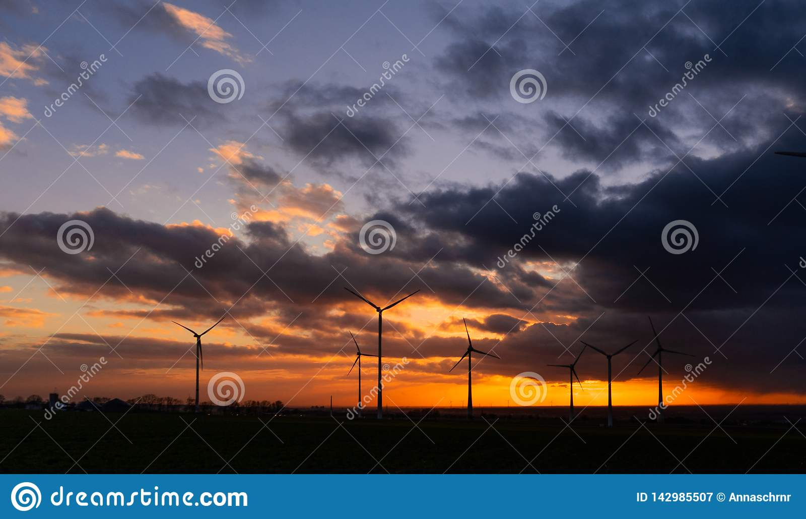 Puesta del sol con la opinión sobre las turbinas de viento