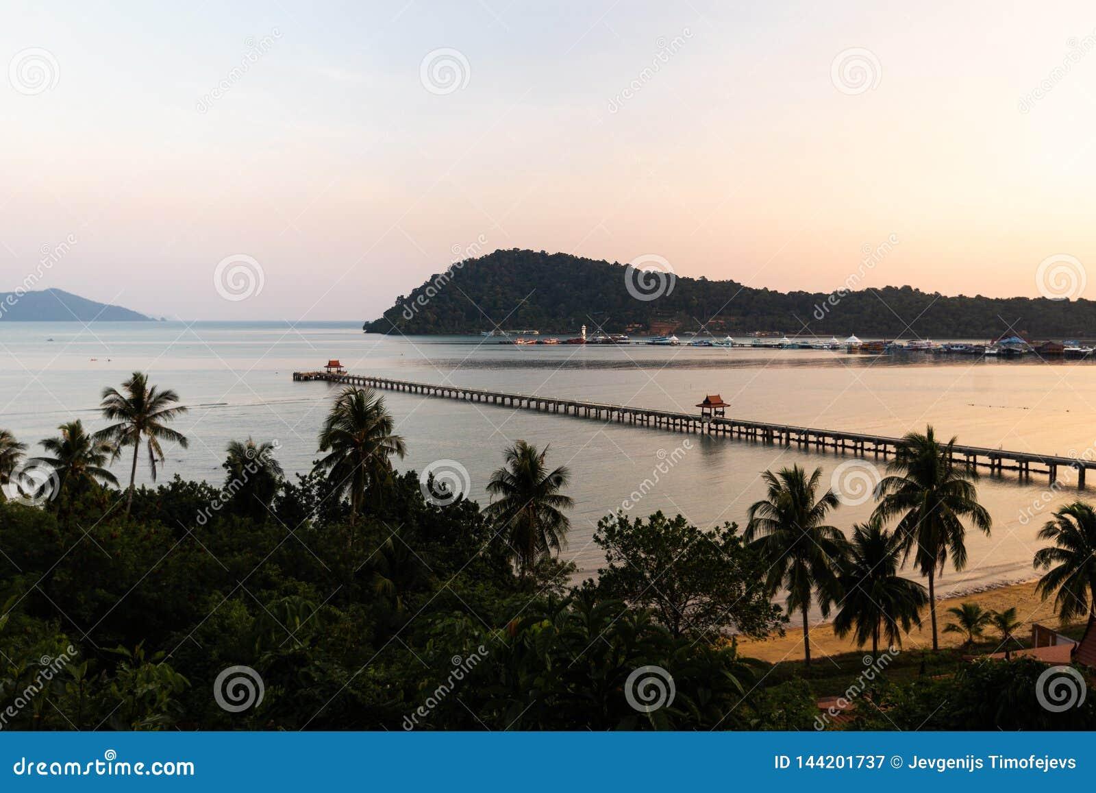 Puesta del sol con una visión sobre el embarcadero - Ko Chang, Tailandia, abril de 2018