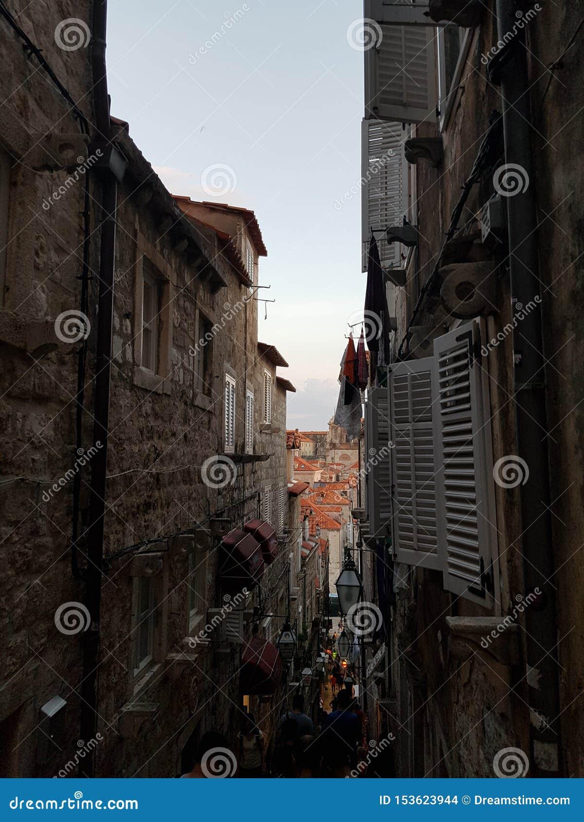 Puesta del sol de Croacia en ciudad vieja en Dubrovnik