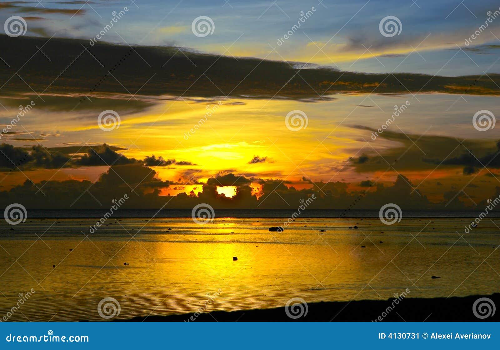 Puesta del sol de Fiji después de la tormenta