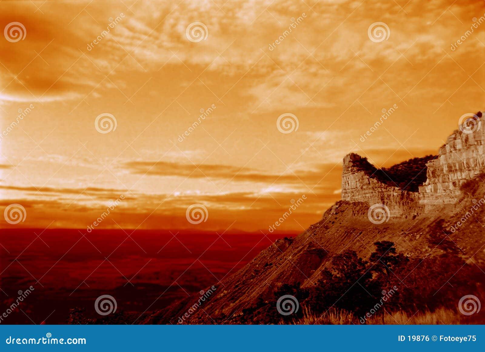 Puesta del sol de la montaña del desierto