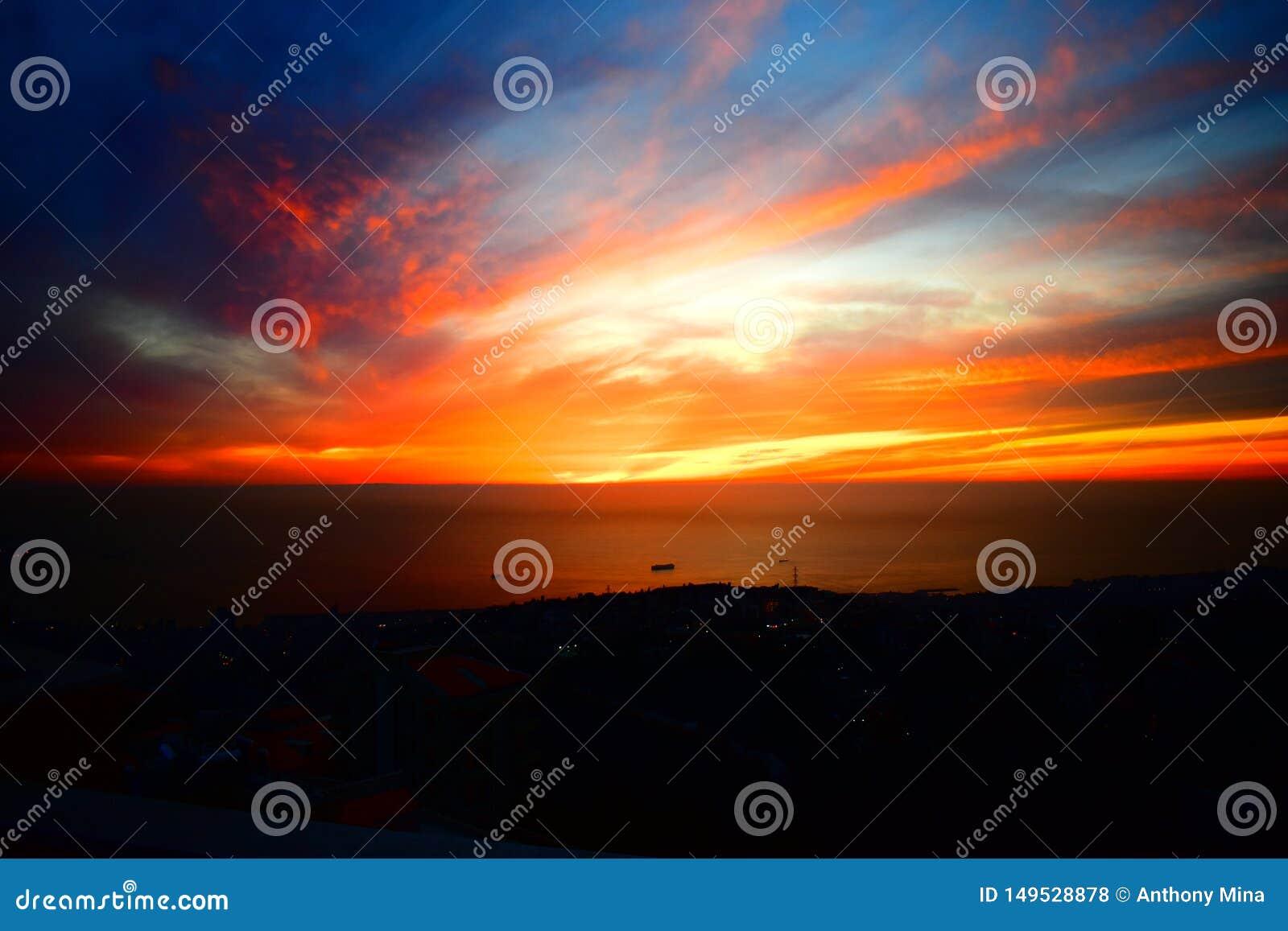 Puesta del sol de los suburbios de Beirut en la puesta del sol ambarina chehwan de Rabwe del cucurucho de Líbano Oriente Medio y