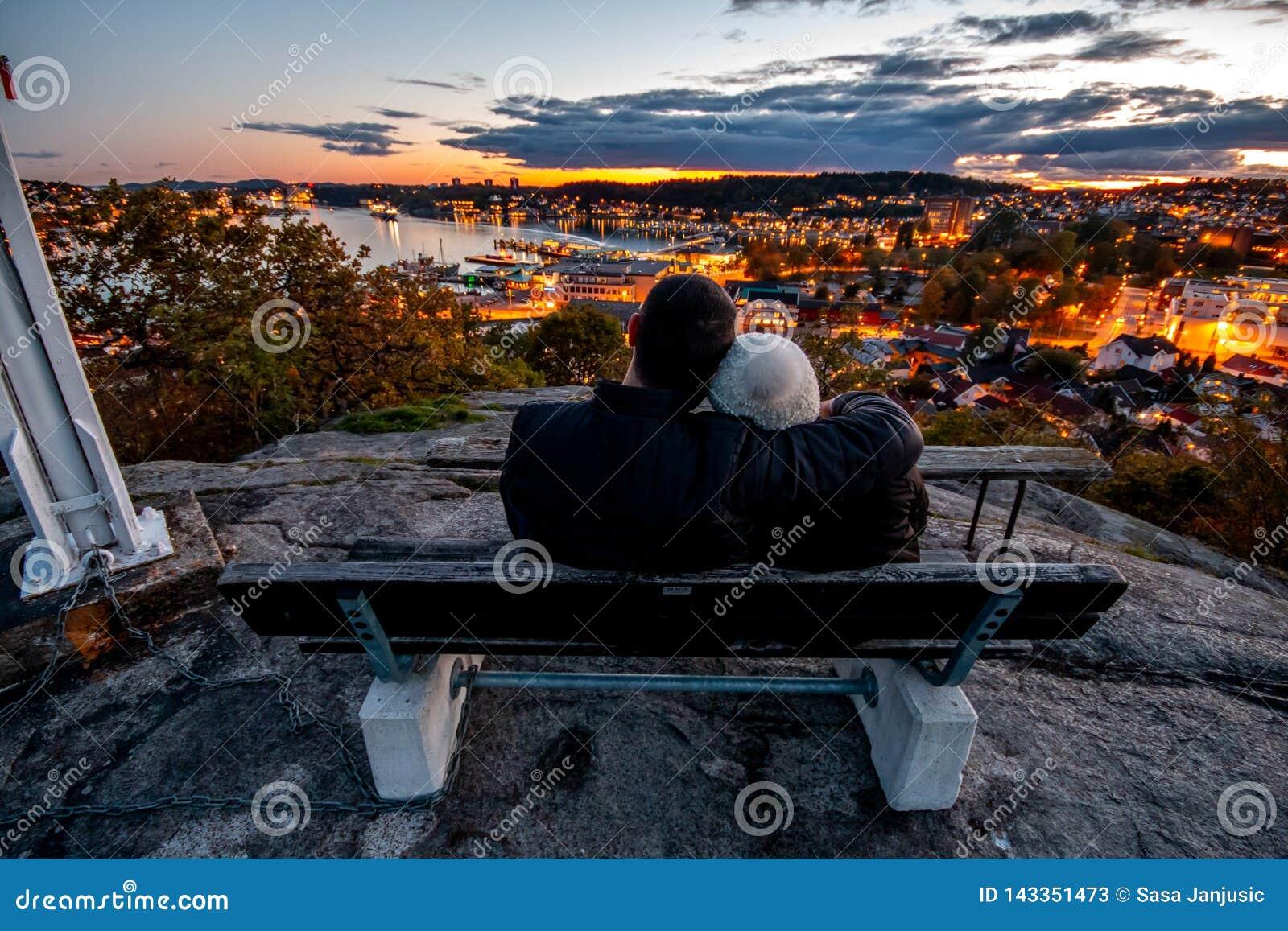 Puesta del sol de observación de los pares preciosos en Sandefjord Vestfold Noruega