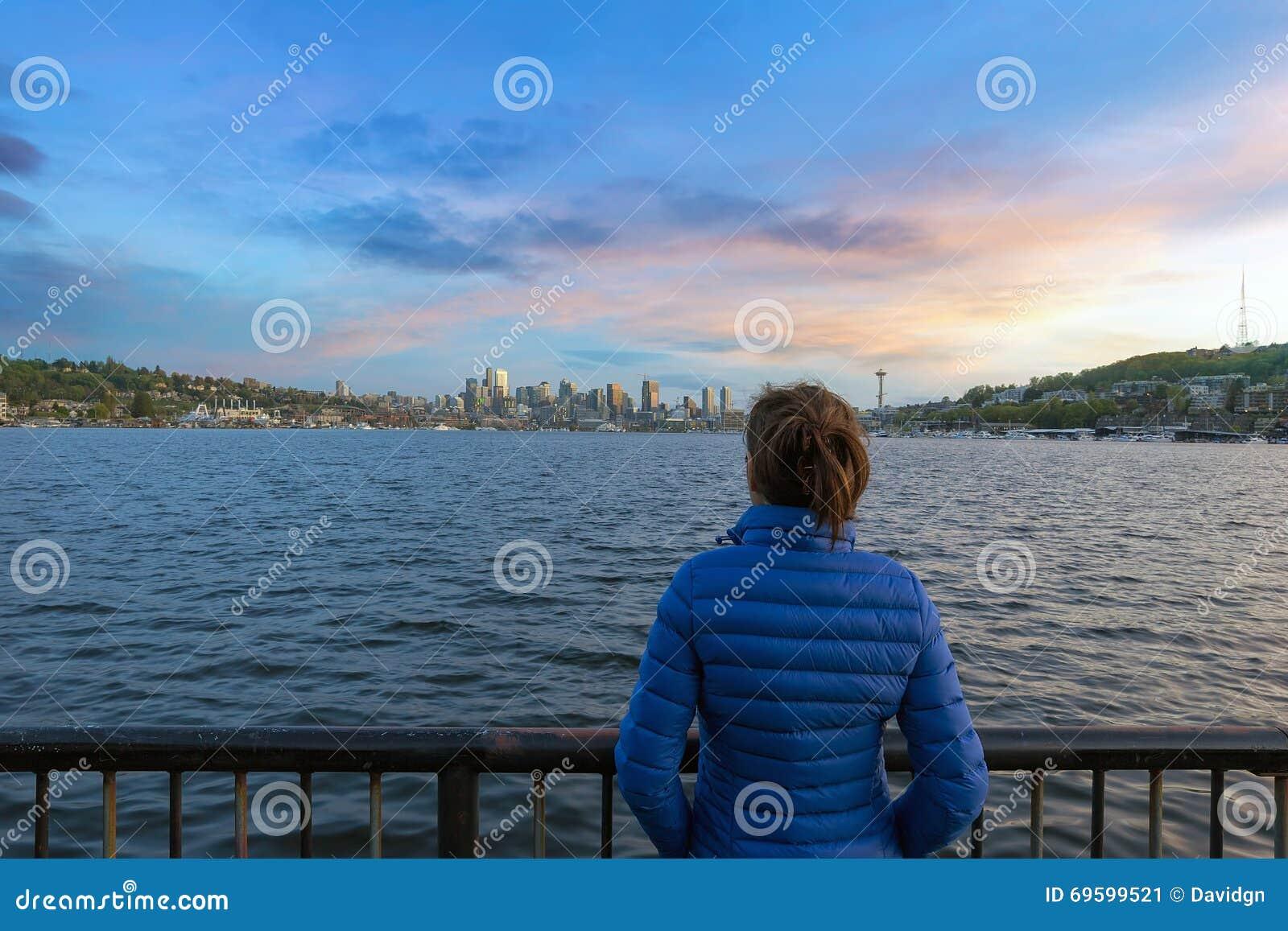 Puesta del sol de observación sobre el horizonte de Seattle