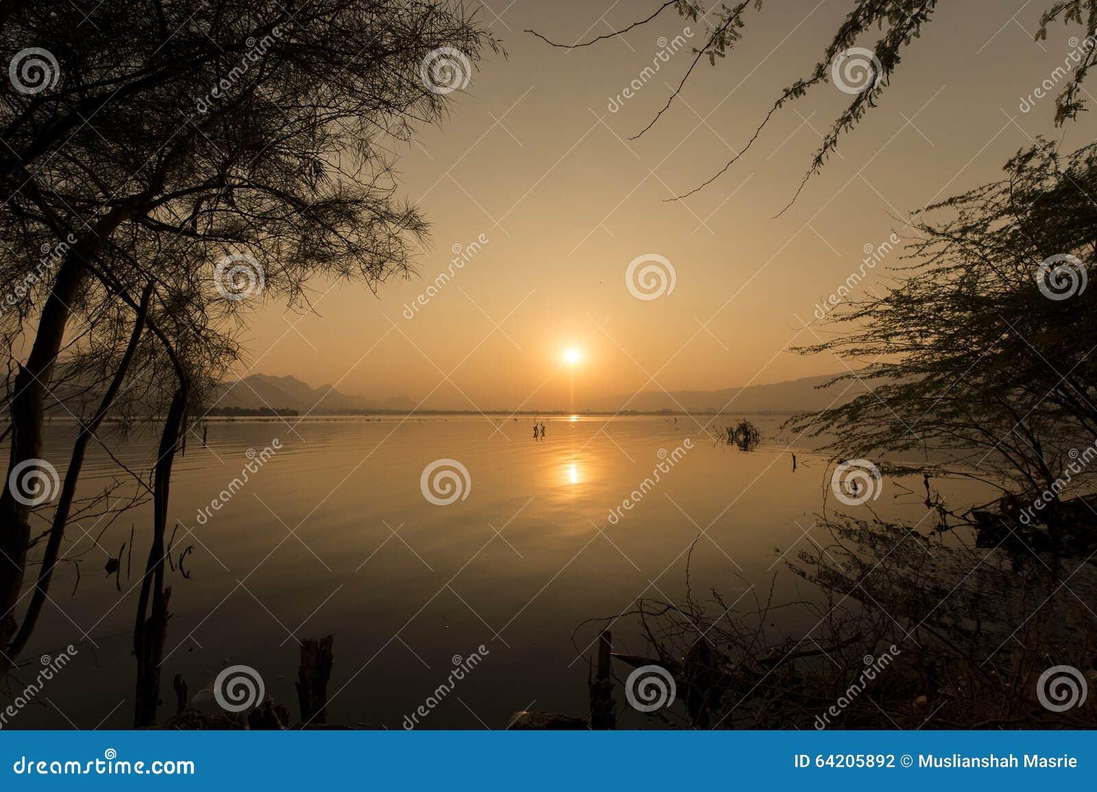 Puesta del sol de oro en el lago ana Sagar en Ajmer