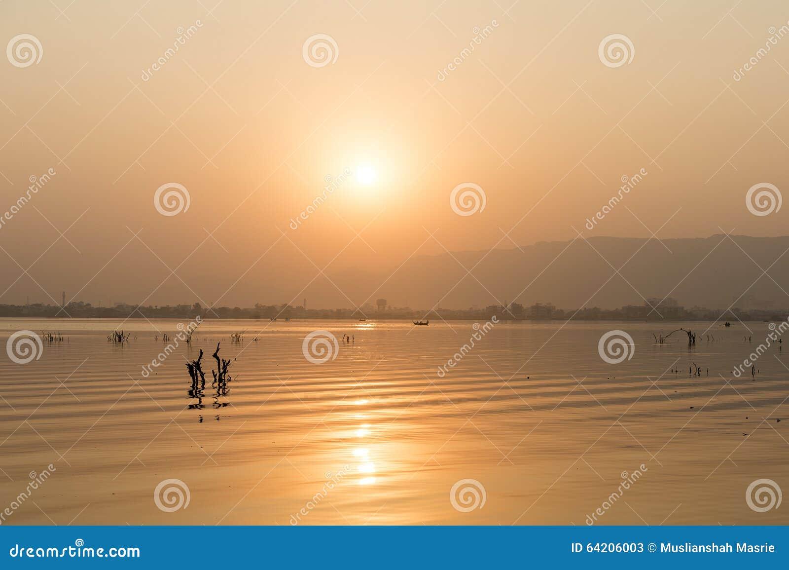 Puesta del sol de oro en el lago ana Sagar en Ajmer, la India