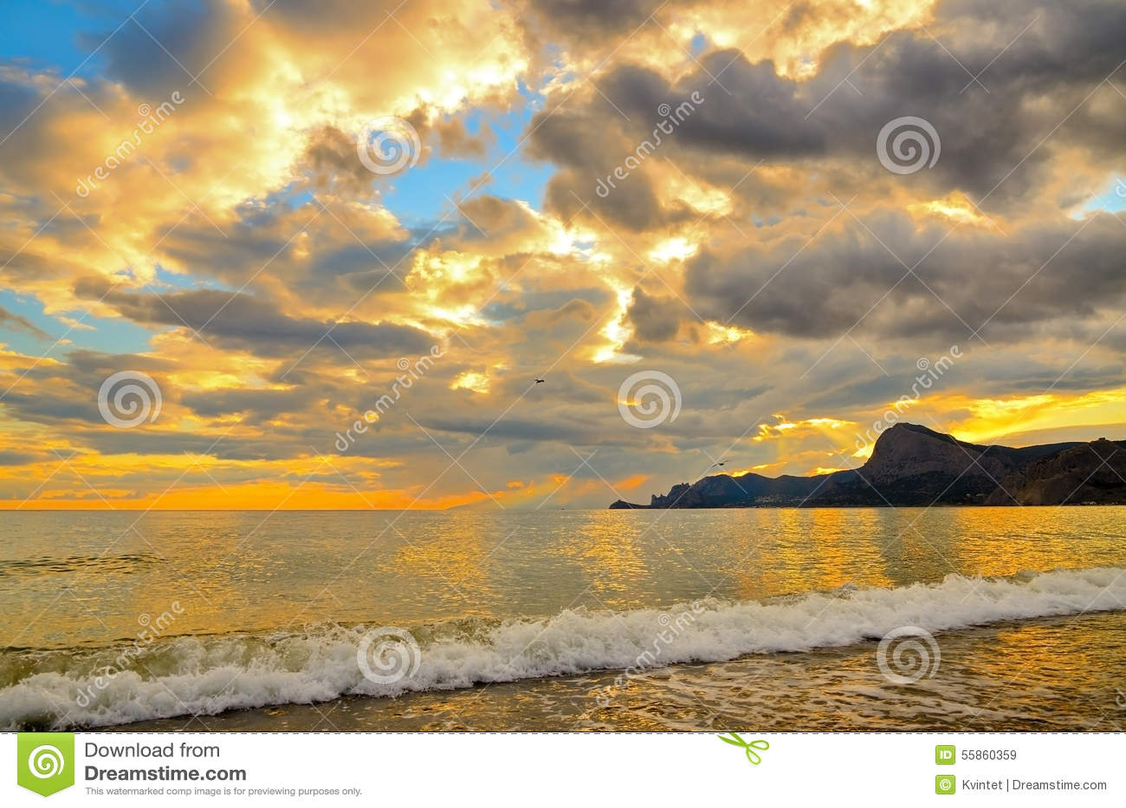 Puesta del sol de oro en la costa del Mar Negro en onda de Crimea, mar