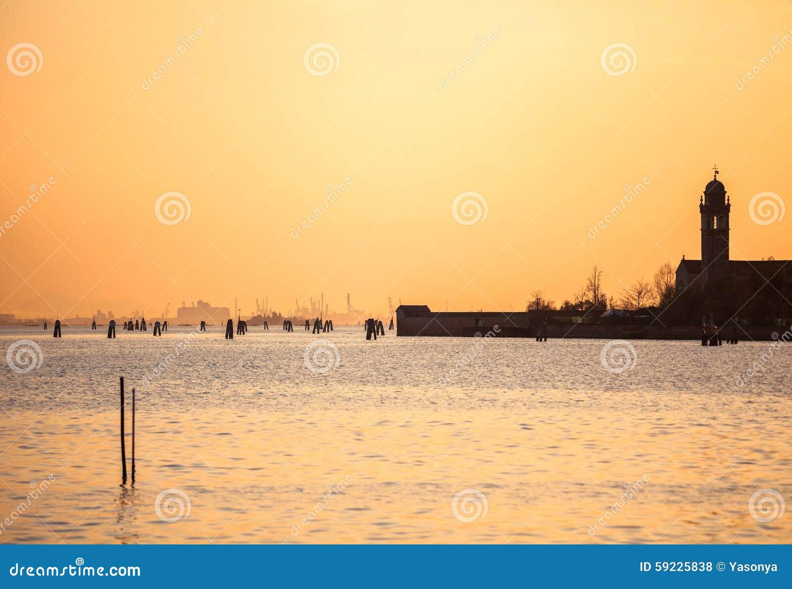 Puesta del sol debajo del agua en Venecia Italia