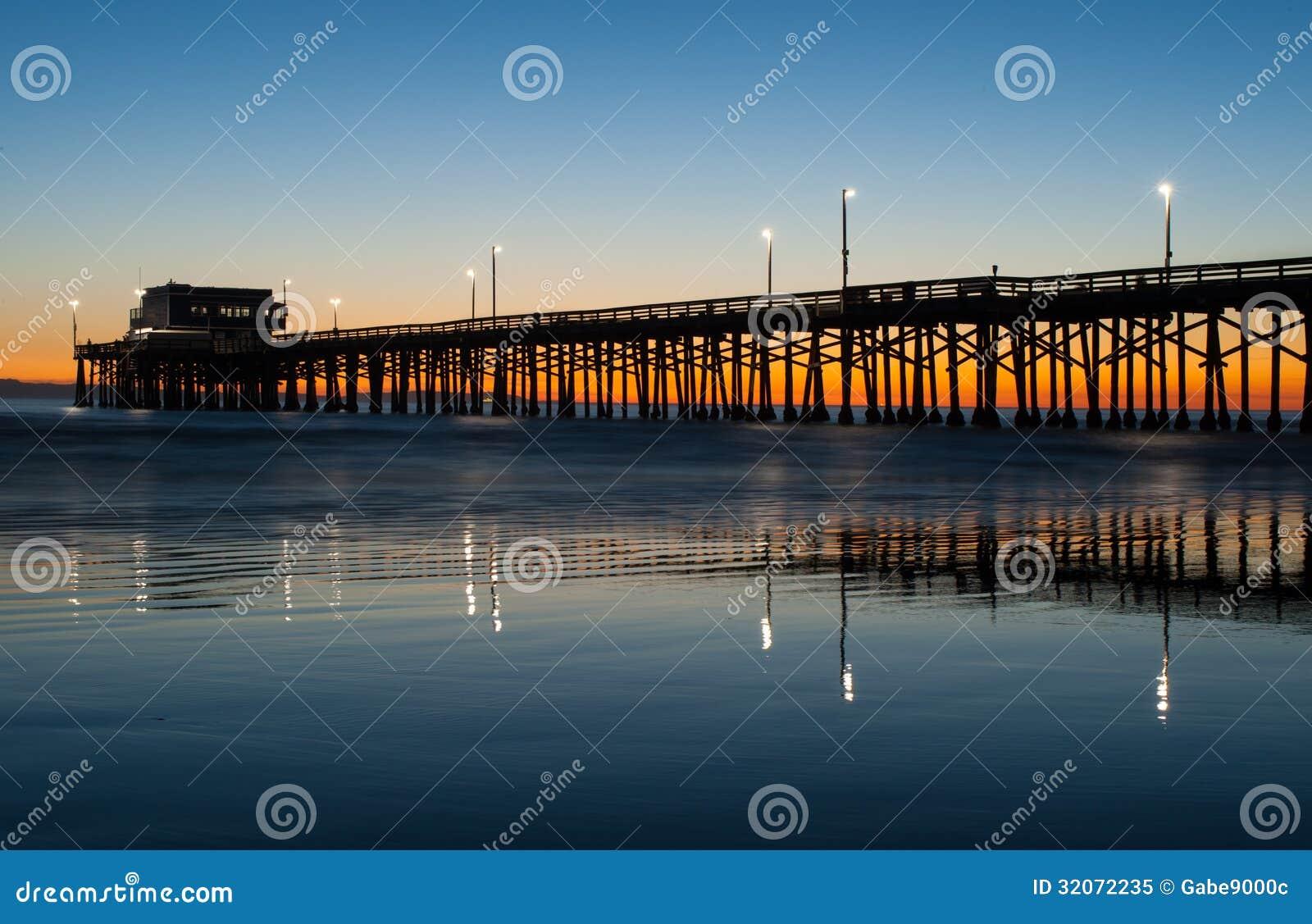 Puesta del sol del embarcadero de la playa de Newport